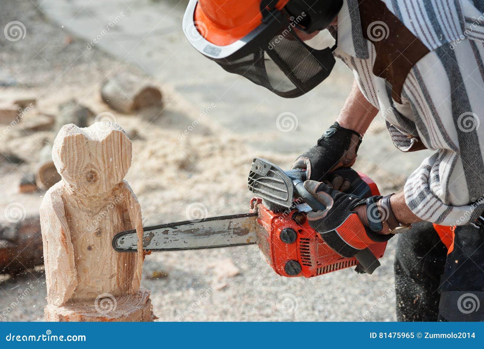 Le sculpteur d coupe le bois avec la tron onneuse image for Bois a la decoupe