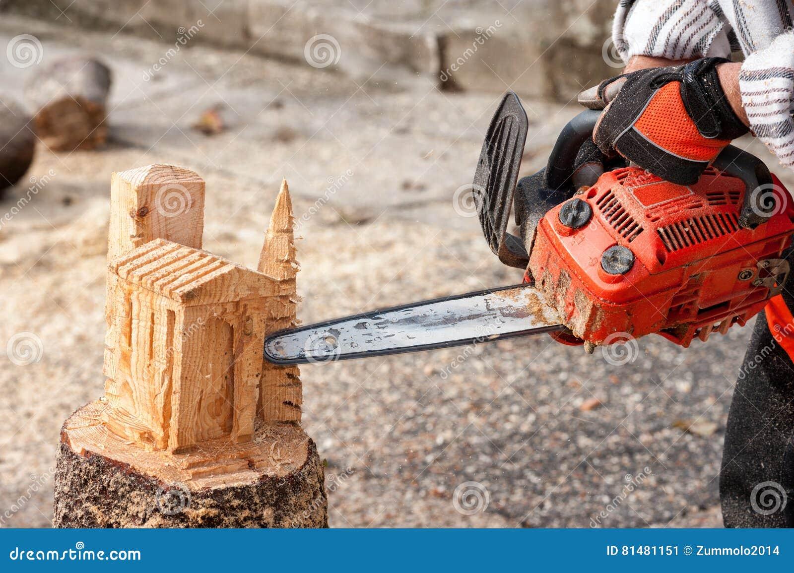 le sculpteur d coupe le bois avec la tron onneuse image stock image du avec trunk 81481151. Black Bedroom Furniture Sets. Home Design Ideas