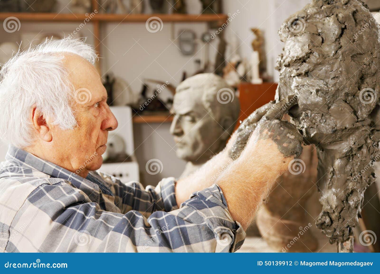 Le sculpteur travaille au nez de sculpture