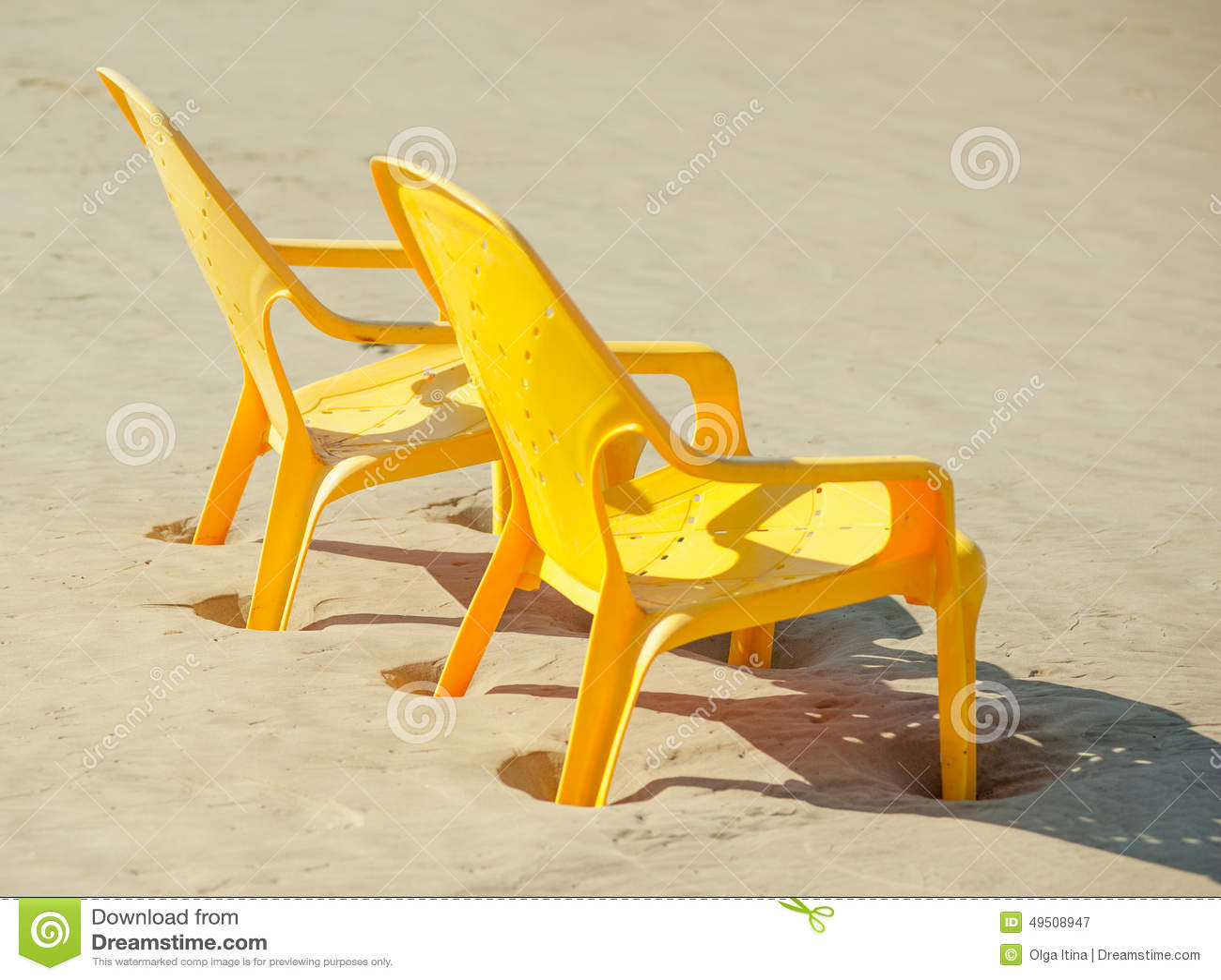 Sedie Da Mare In Plastica.Le Sedie Di Plastica Sta Lateralmente Sulla Spiaggia Vicino Al