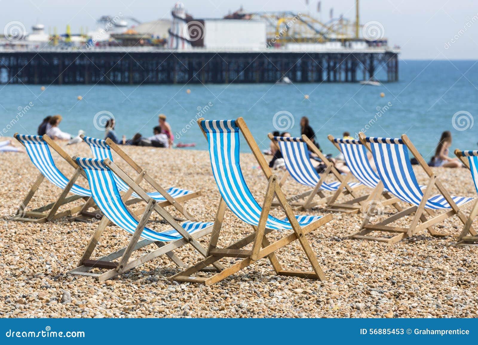 Le sedie a sdraio a strisce blu e bianche su Brighton tirano
