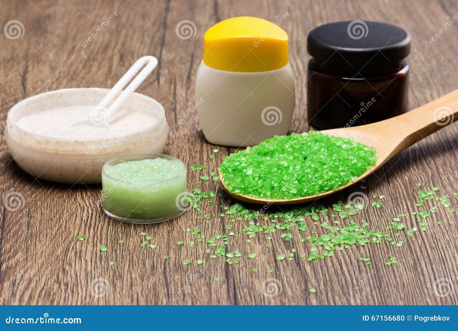 Le sel brut de mer avec naturel frotte et les soins de la peau écrèment