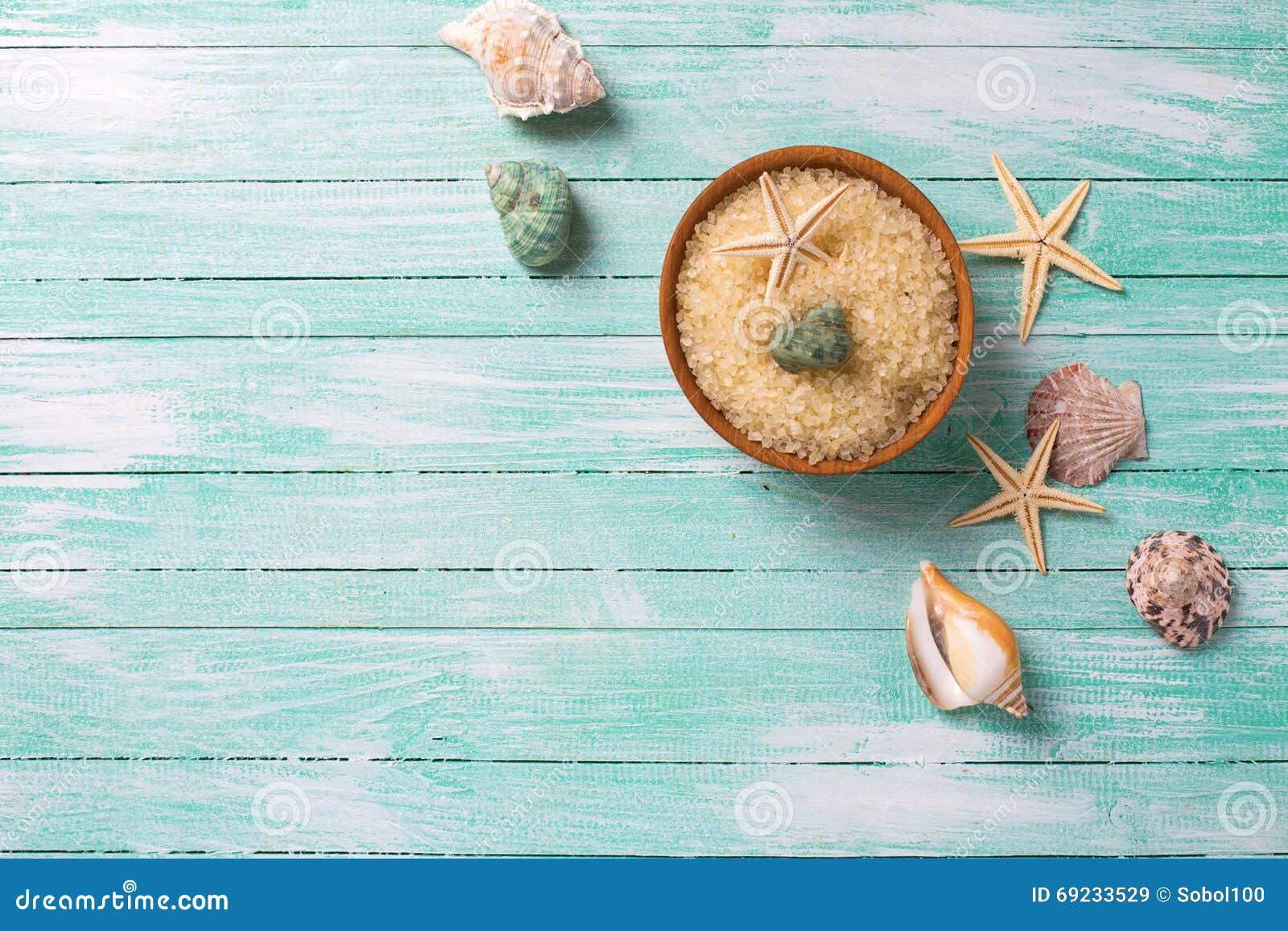 Le sel de mer dans la cuvette avec la mer objecte sur le backgroun en bois de turquoise
