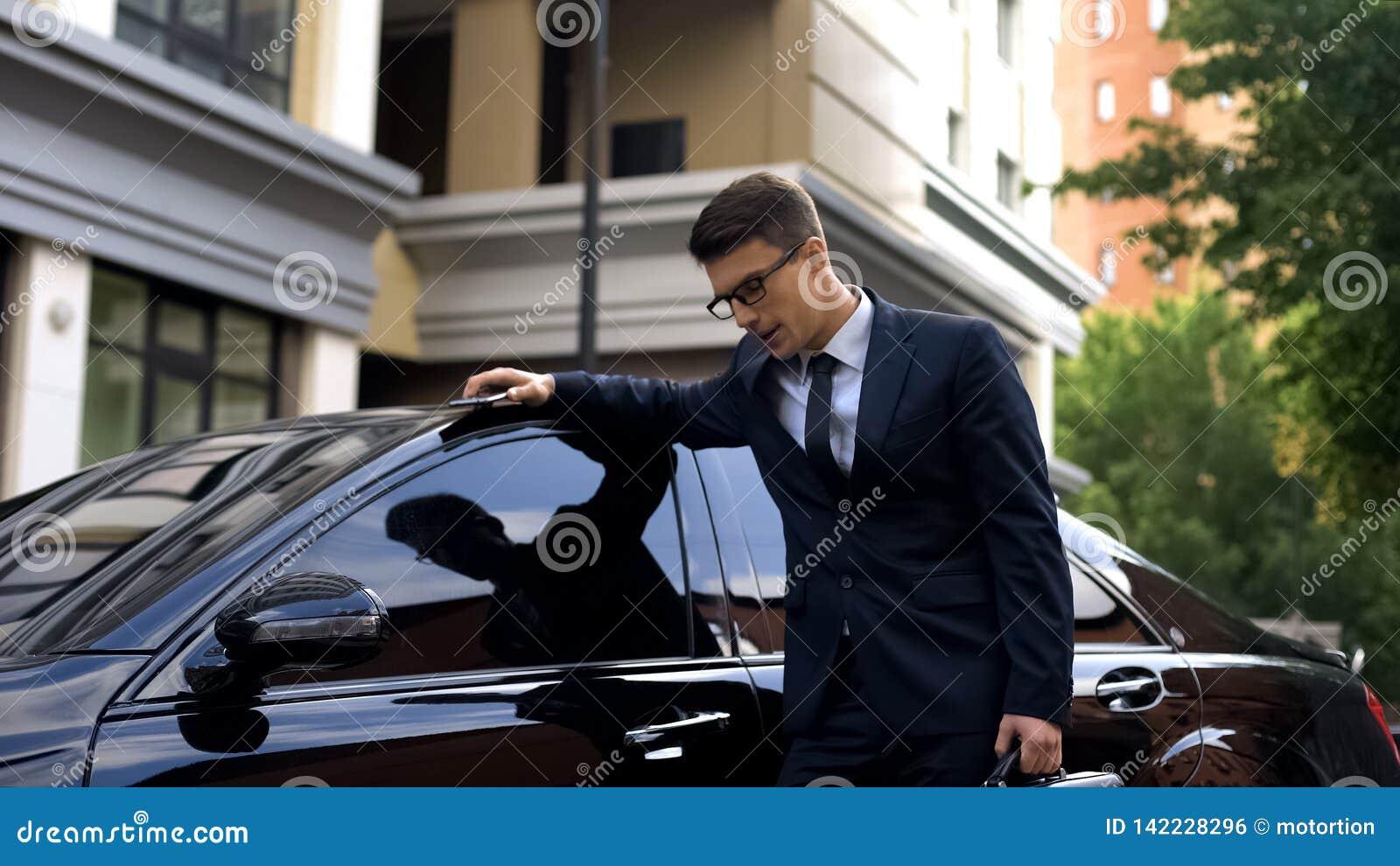 Le sentiment pâle d homme d affaires souffrant près de la voiture, maladie cardiaque, a souligné le mode de vie