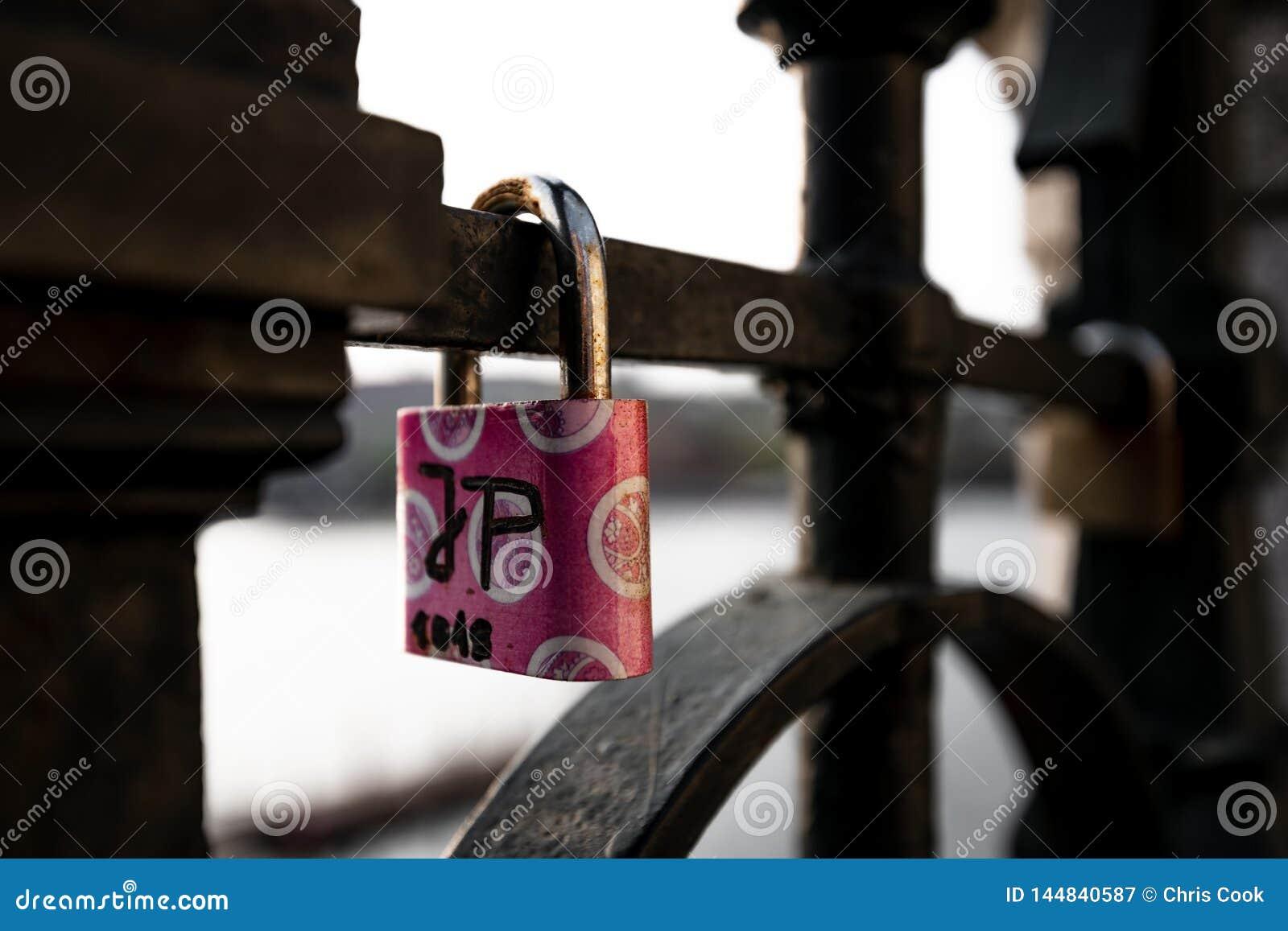 Le serrature di amore hanno appeso lungo il fiume di Pragues la Moldava - accanto a Charles Bridge - la repubblica Ceca - aprile