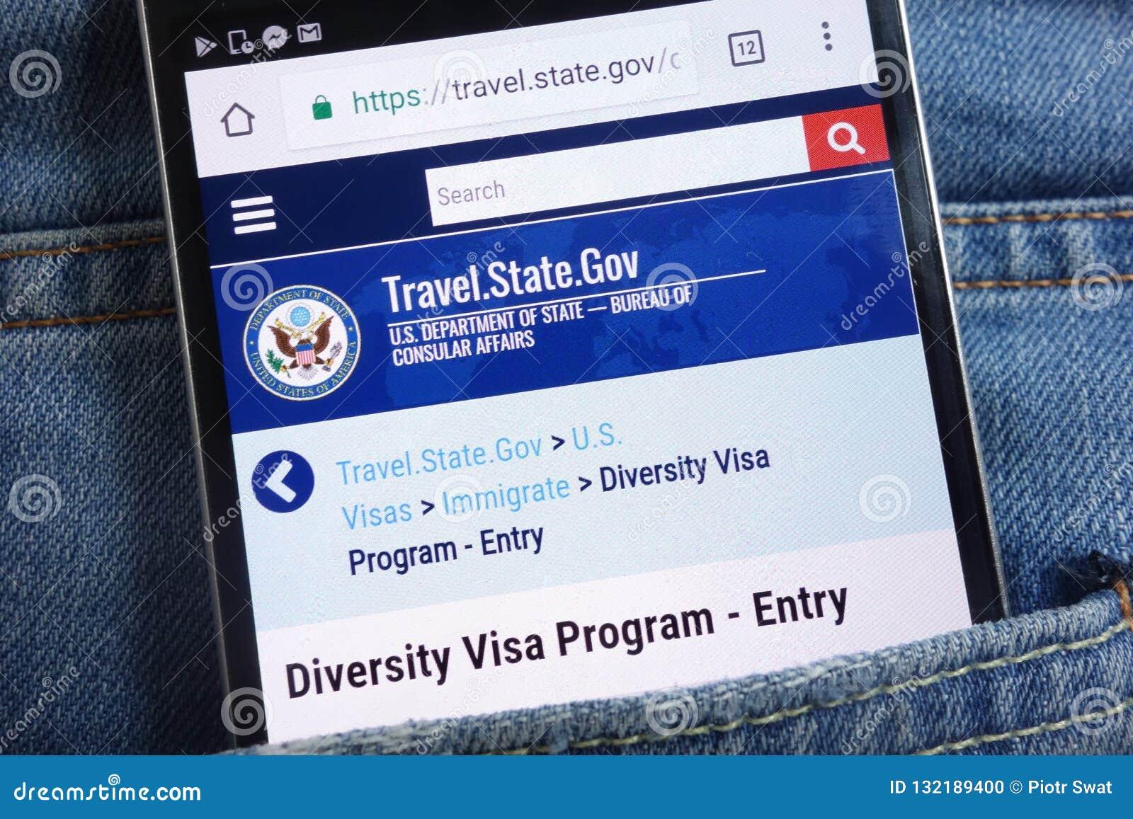 Le site Web de Département d État des USA au sujet du programme de visa de diversité montré sur le smartphone caché dans des jean