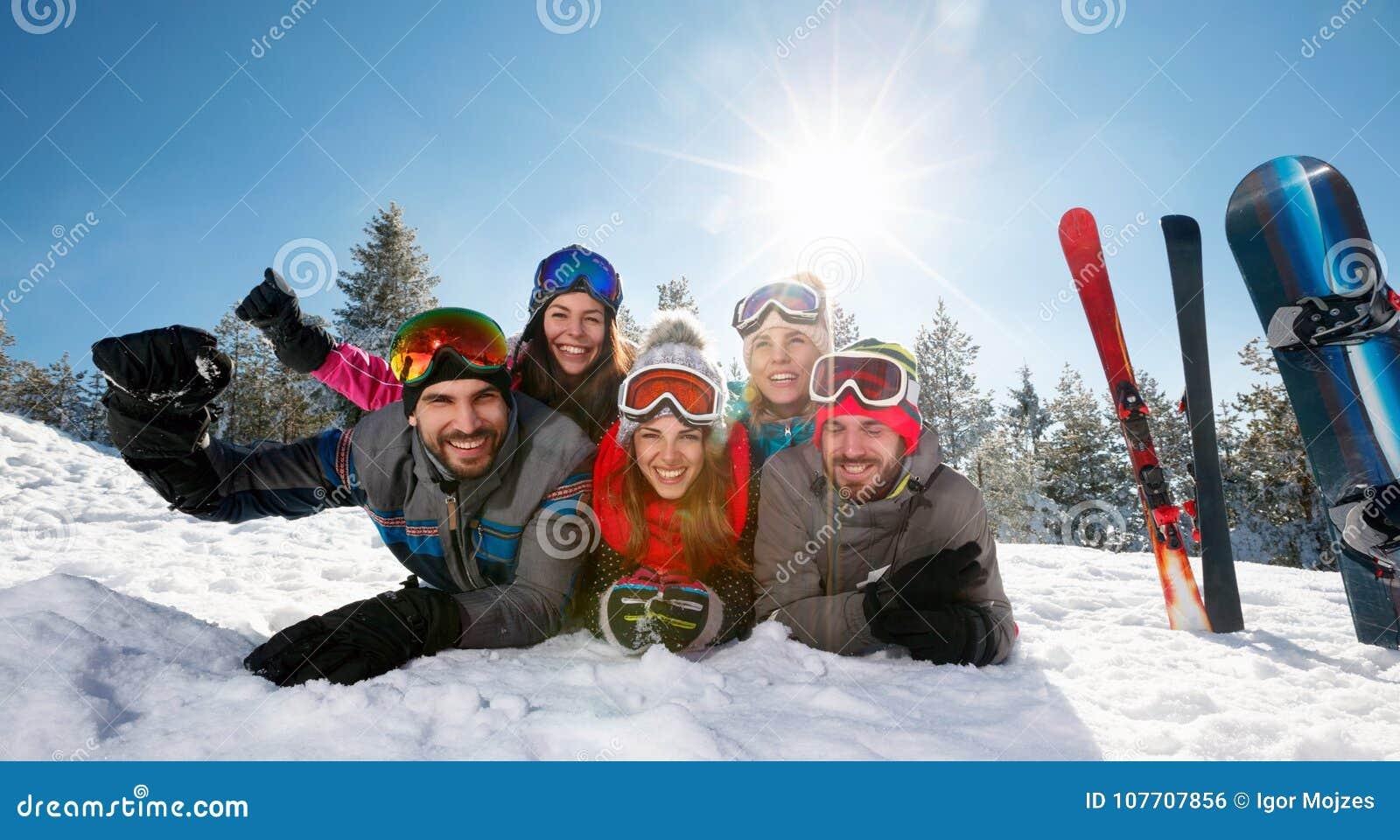 Le skidar vänner som har gyckel på, ferie i berg