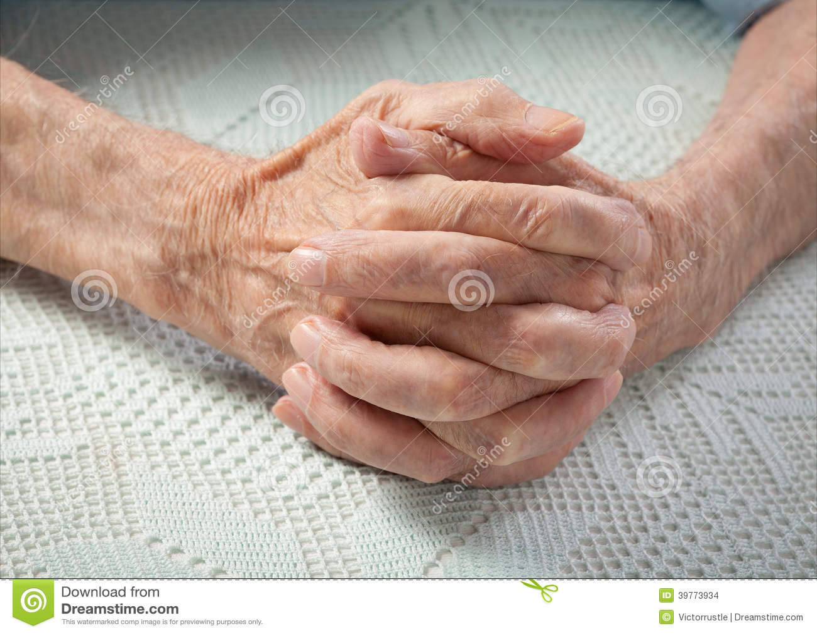 le soin est la maison des personnes g es personnes g es tenant des mains photo stock. Black Bedroom Furniture Sets. Home Design Ideas