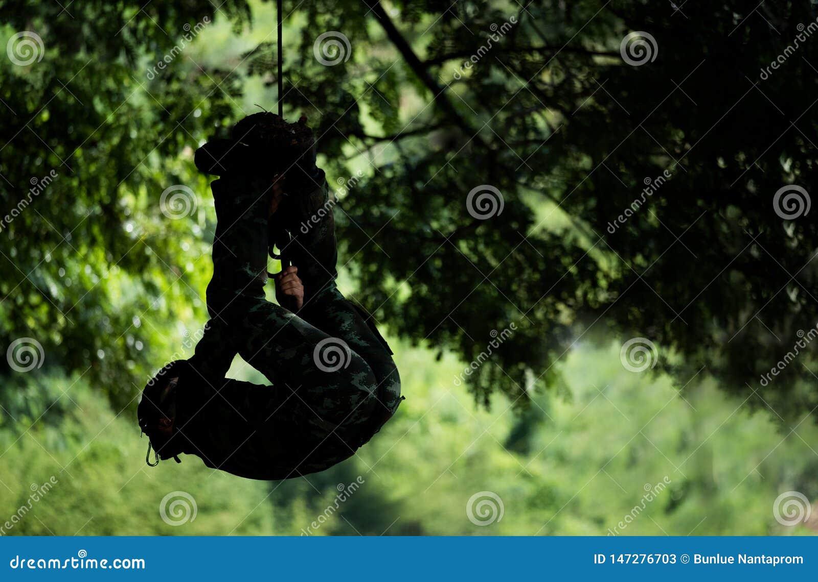 Le soldat rappel vers le bas ou soldat en bas du spiderman de corde