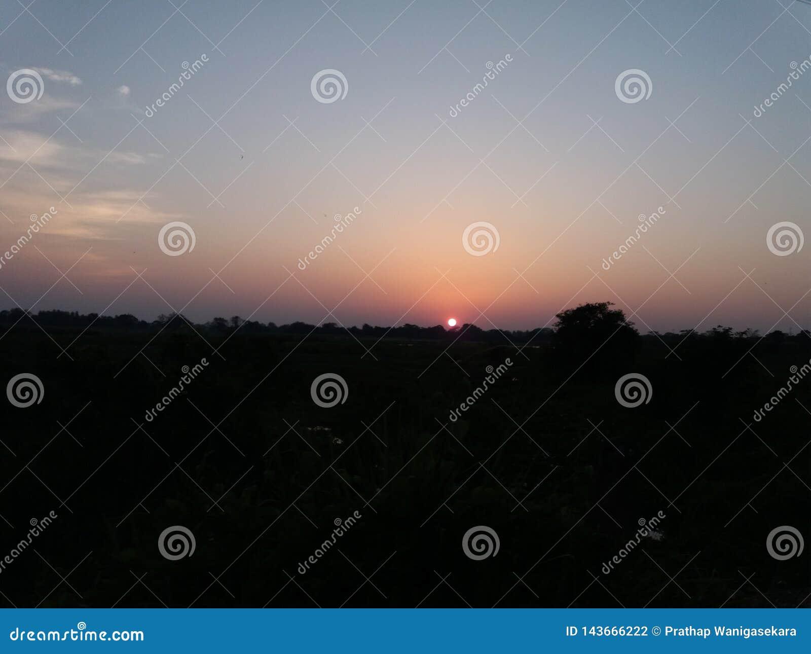 Le soleil égalisant et le ciel nocturne sombre