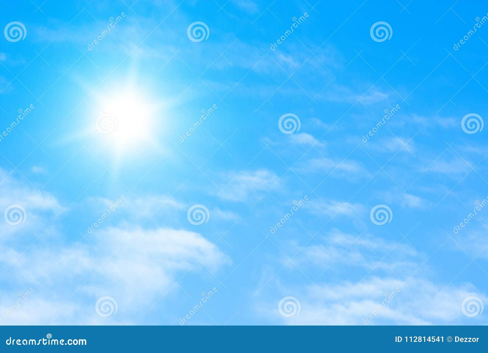Le soleil avec les rayons lumineux dans le ciel bleu avec la lumière blanche opacifie