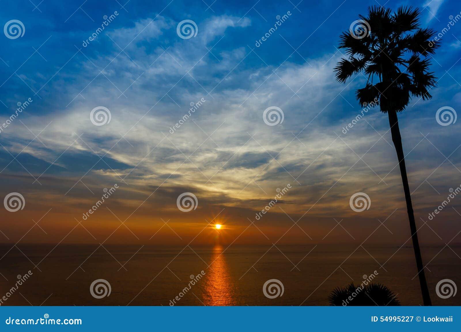 Le soleil lumineux pendant le coucher du soleil à Phuket Thaïlande
