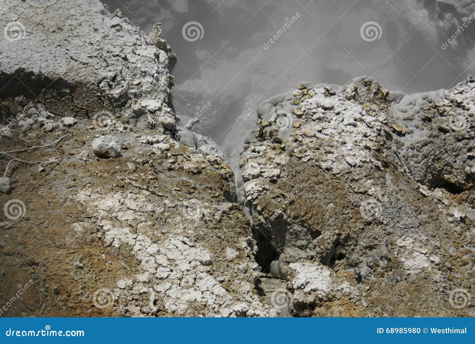 Le soufre fonctionne en parc national volcanique de Lassen, la Californie