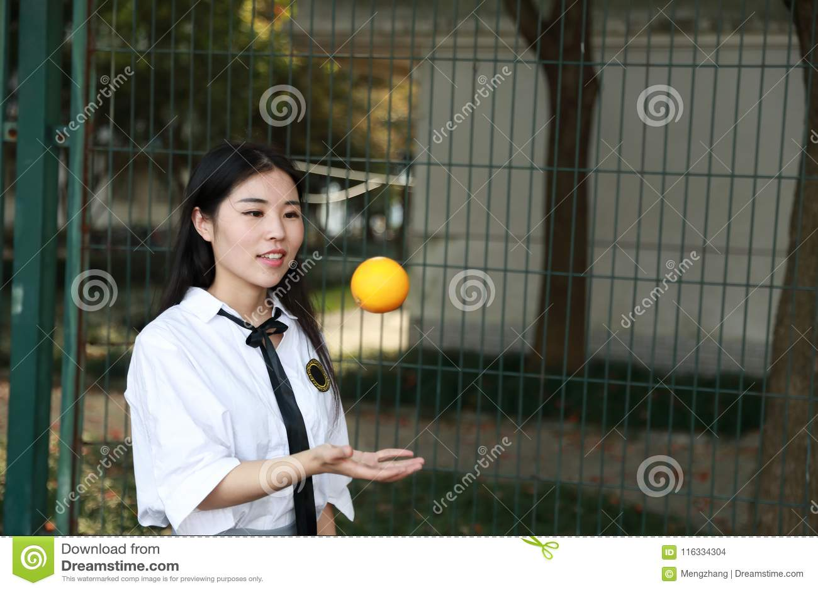 Le sourire chinois d étudiante de lycée de l Asie de belle beauté apprécient le temps gratuit sur le kola d orangeade de fruit de