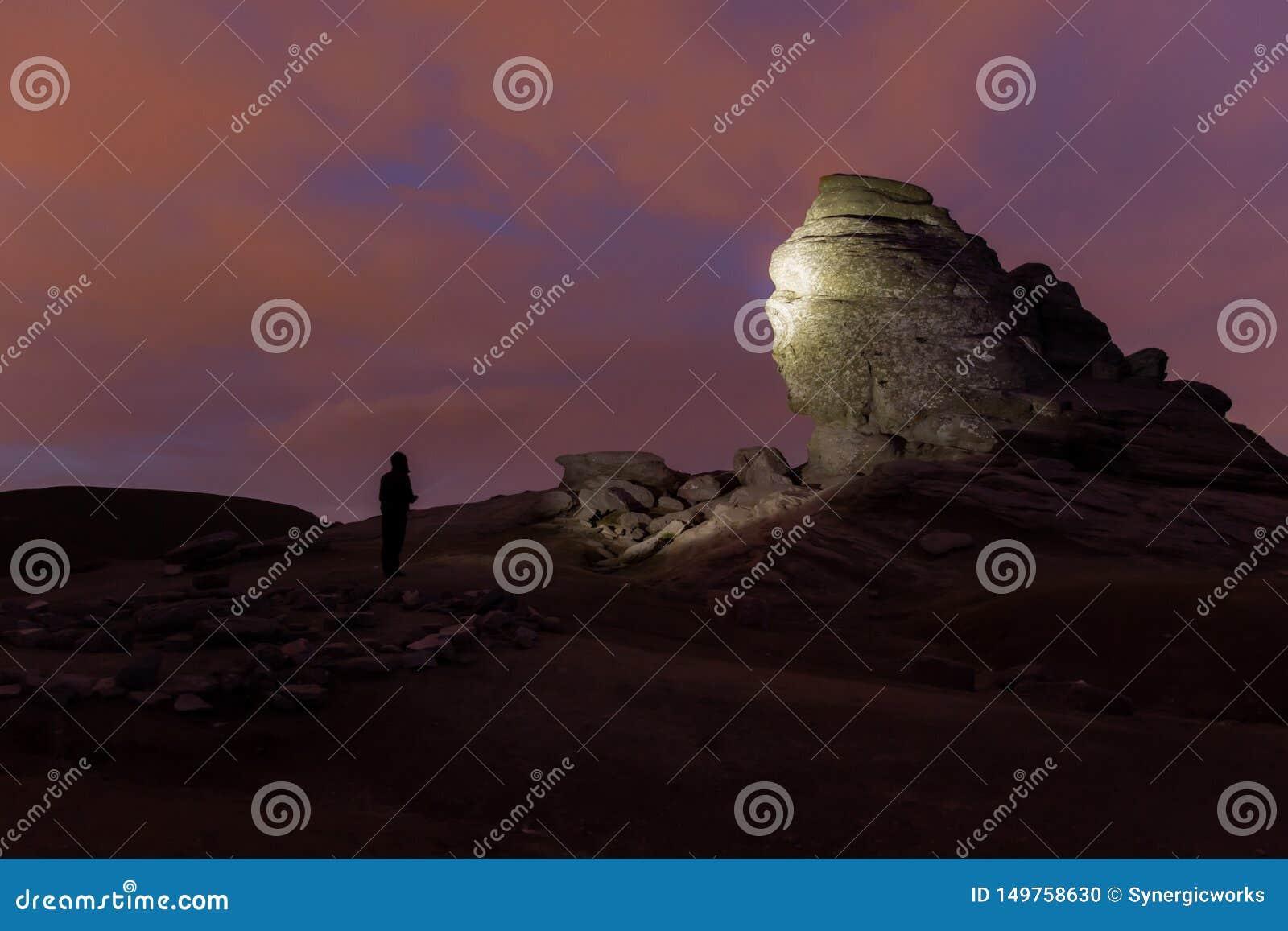 Le sphinx en parc naturel de Bucegi la nuit, illuminé par la lampe-torche