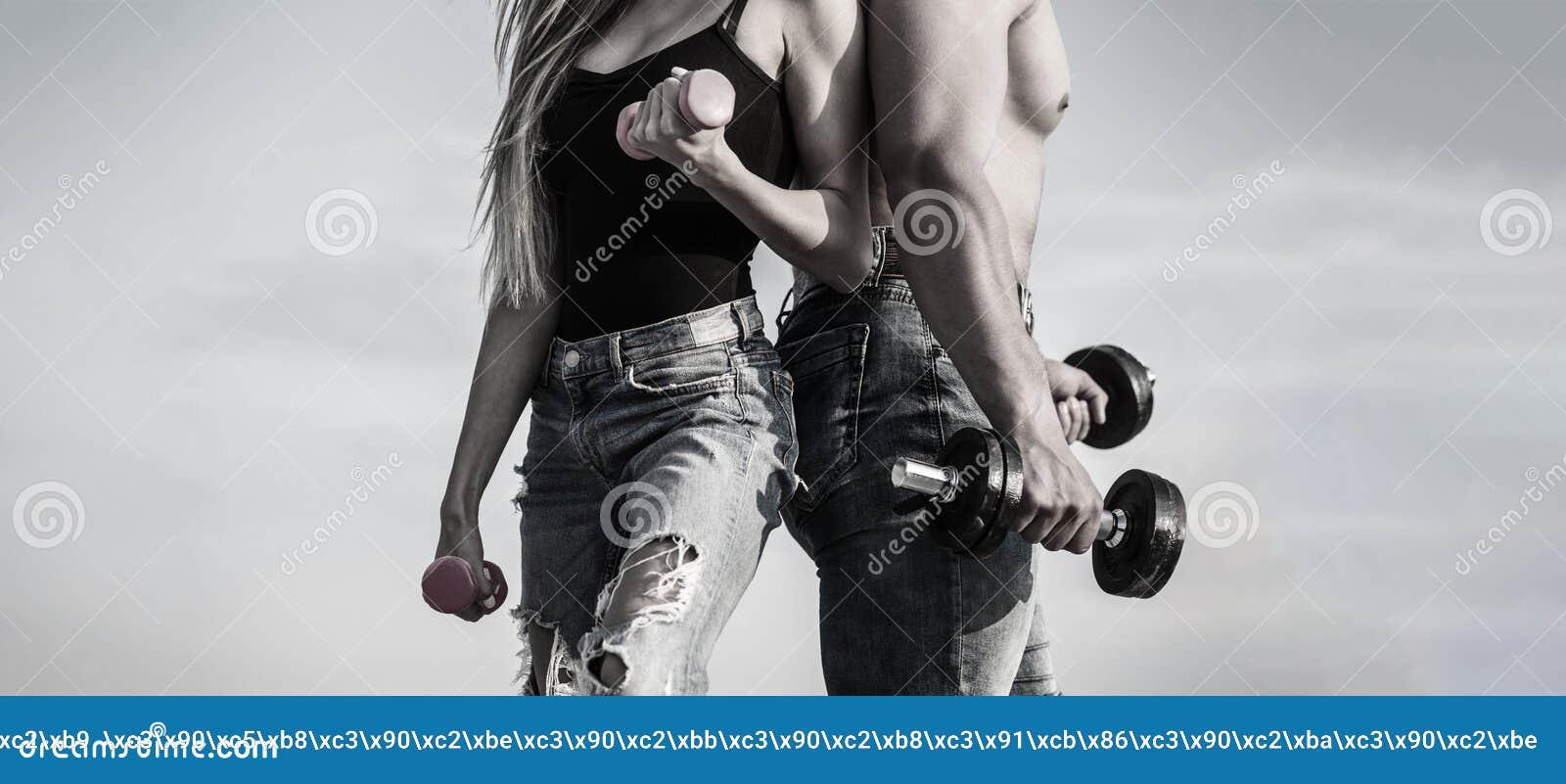 Le sport, haltère, forme physique, couple folâtre Femme et homme folâtres, équipe Couples sexy sportifs montrant le muscle et la