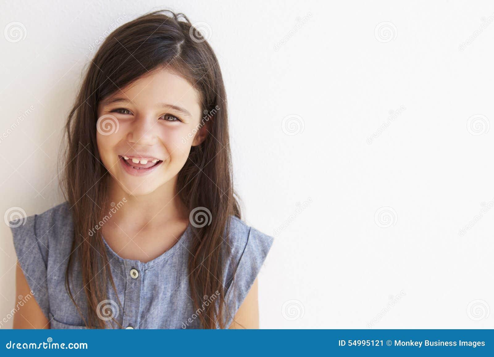 Le stående det fria för ung flicka mot den vita väggen
