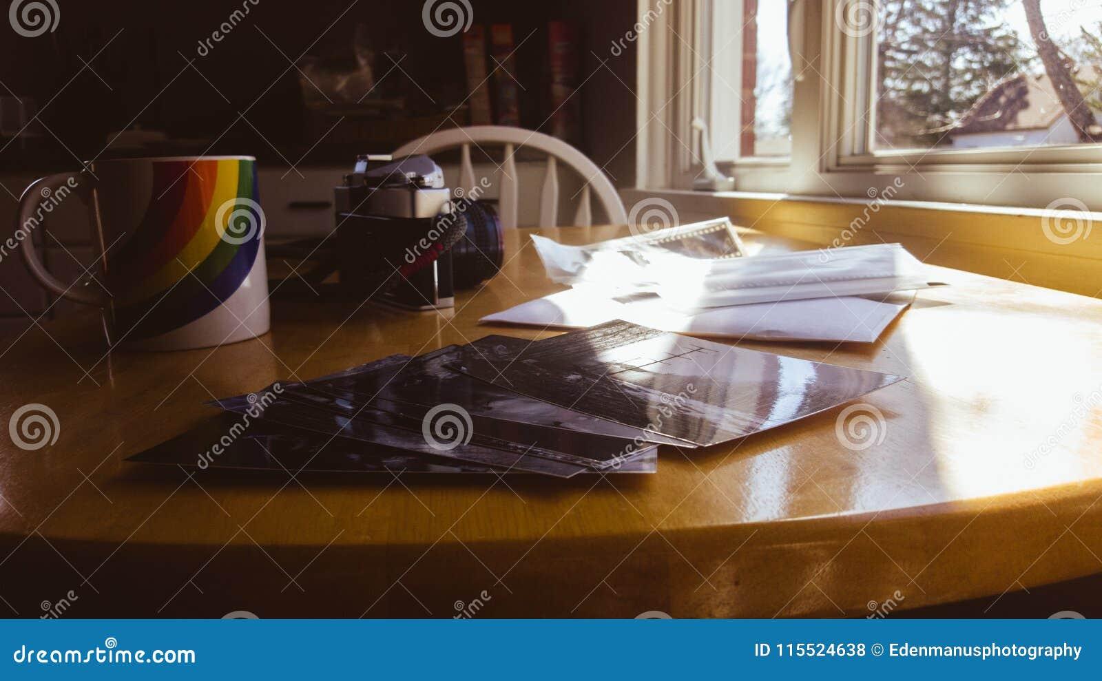 Stampe Da Cucina : Le stampe dannata della foto di sguardo su un tavolo da cucina