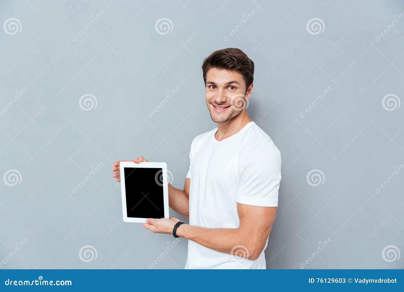 Le stiligt anseende för ung man och minnestavlan för tom skärm för innehav