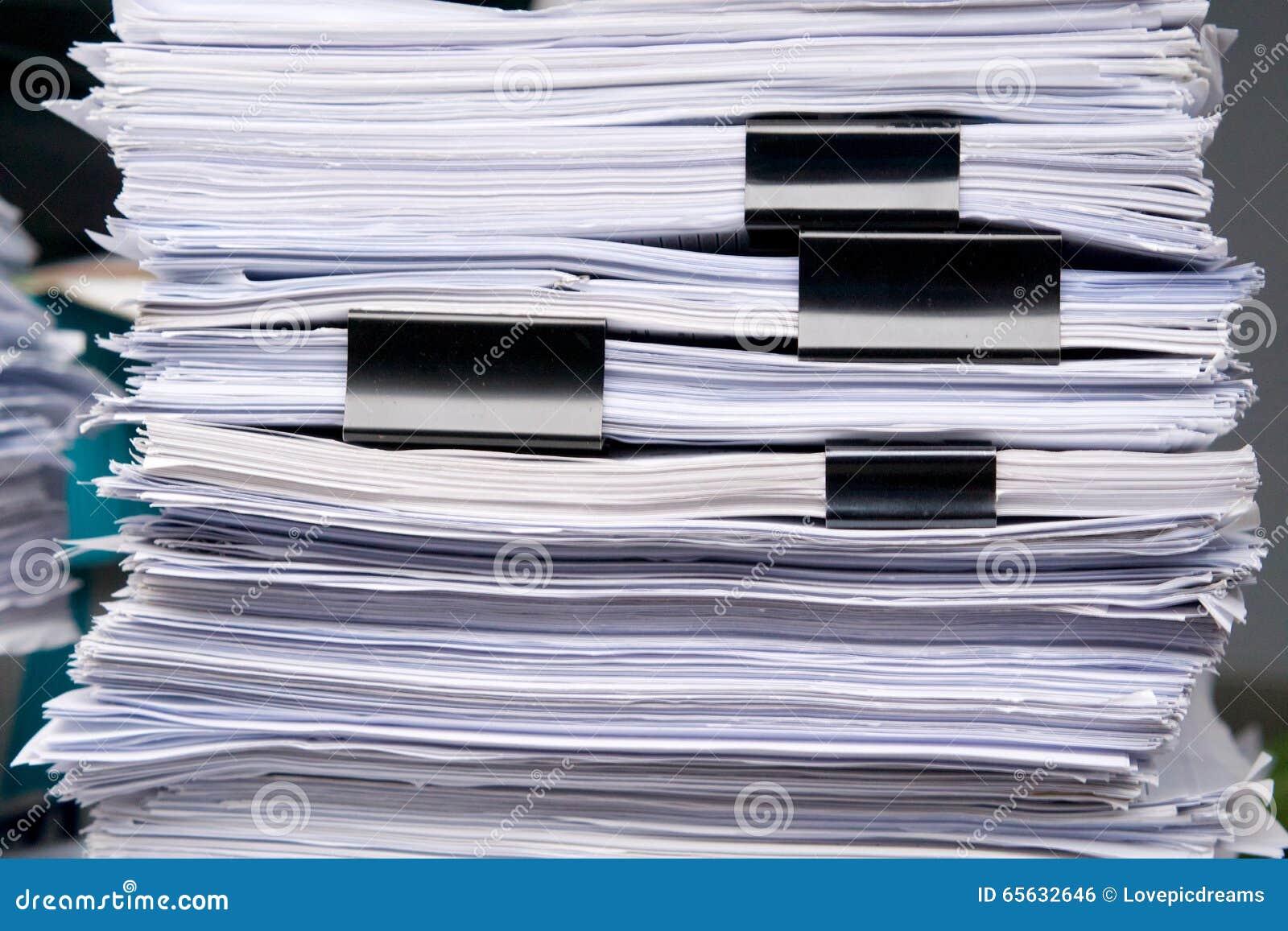 Le stockage de pile de papier de beaucoup documentent la feuille dans le bureau