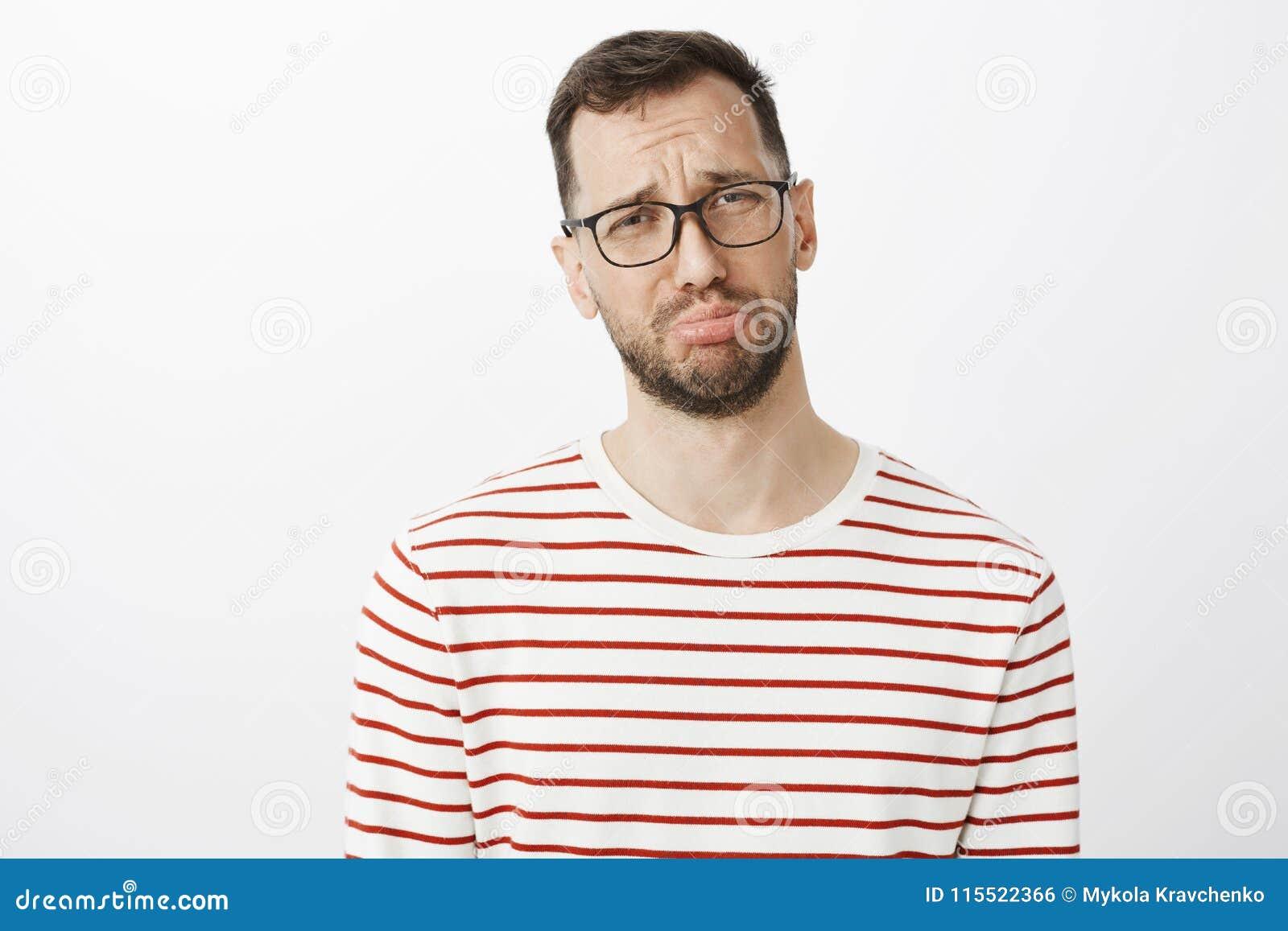 Le studio a tiré de l homme sombre mûr avec la barbe en verres, boudant et pleurant, portant plainte à l ami au sujet de l ami qu