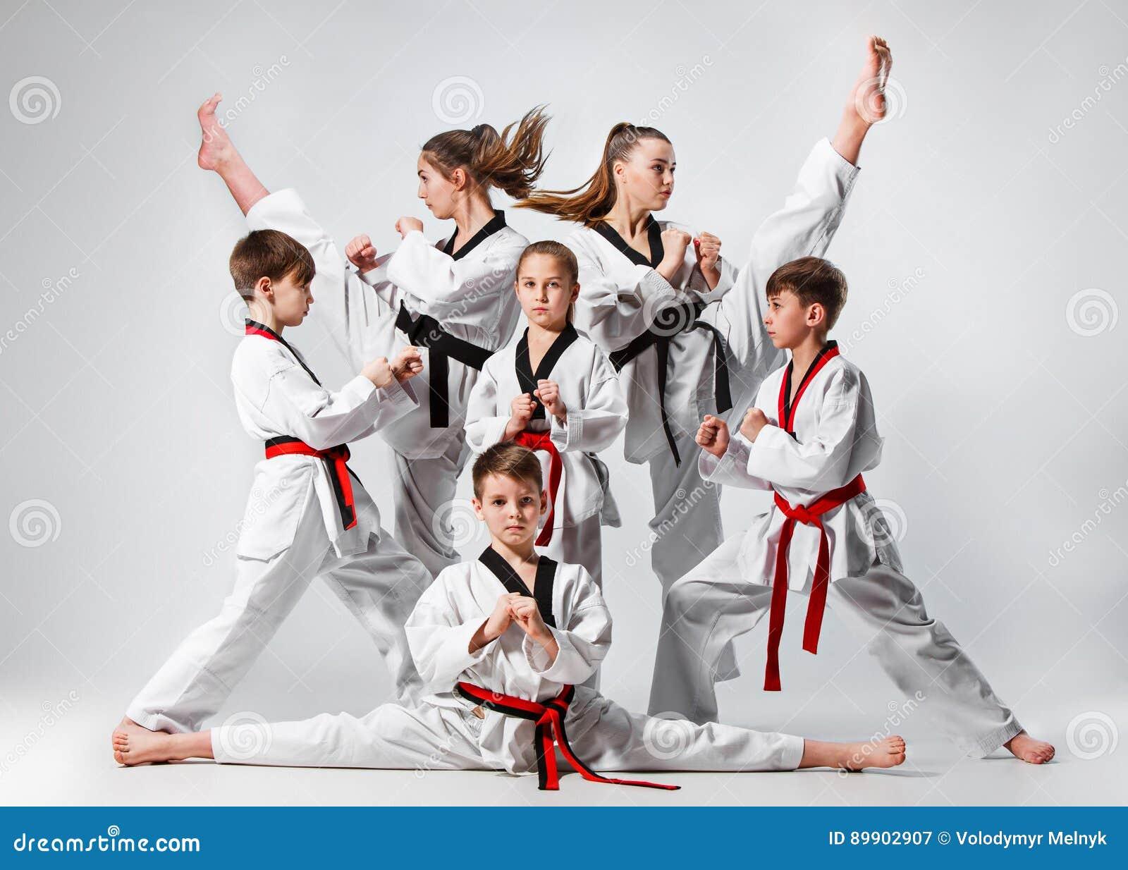Le studio a tiré du groupe d enfants formant des arts martiaux de karaté
