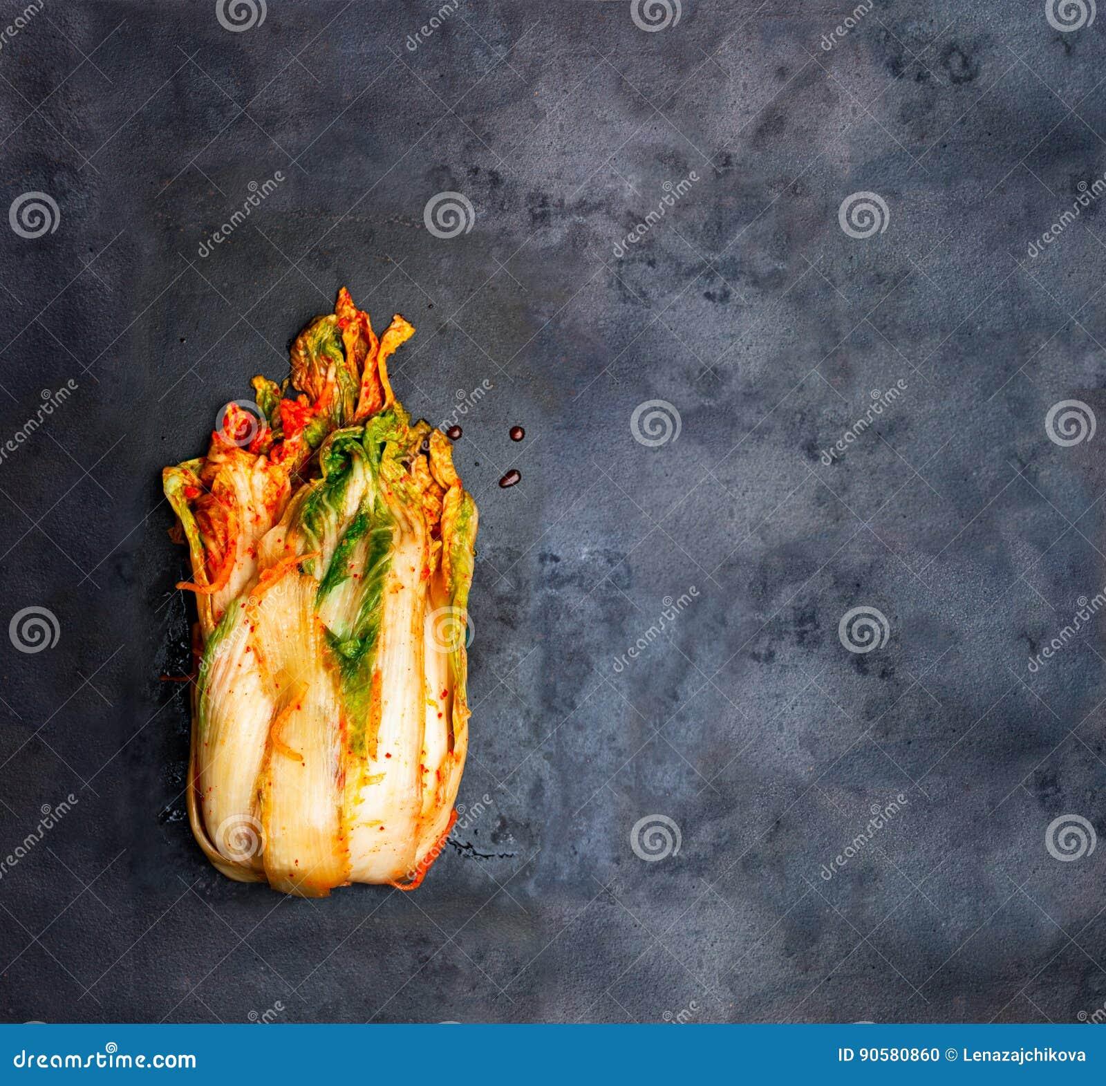 Le style coréen a salé le chou Kimchi sur le plateau de gril