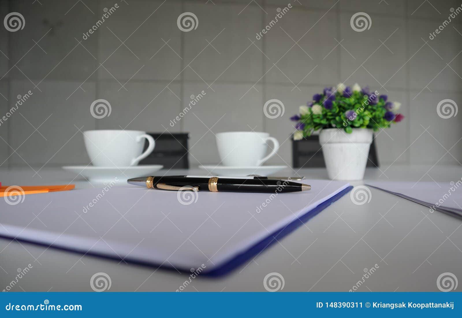 Le stylo noir a mis dessus le bloc-notes