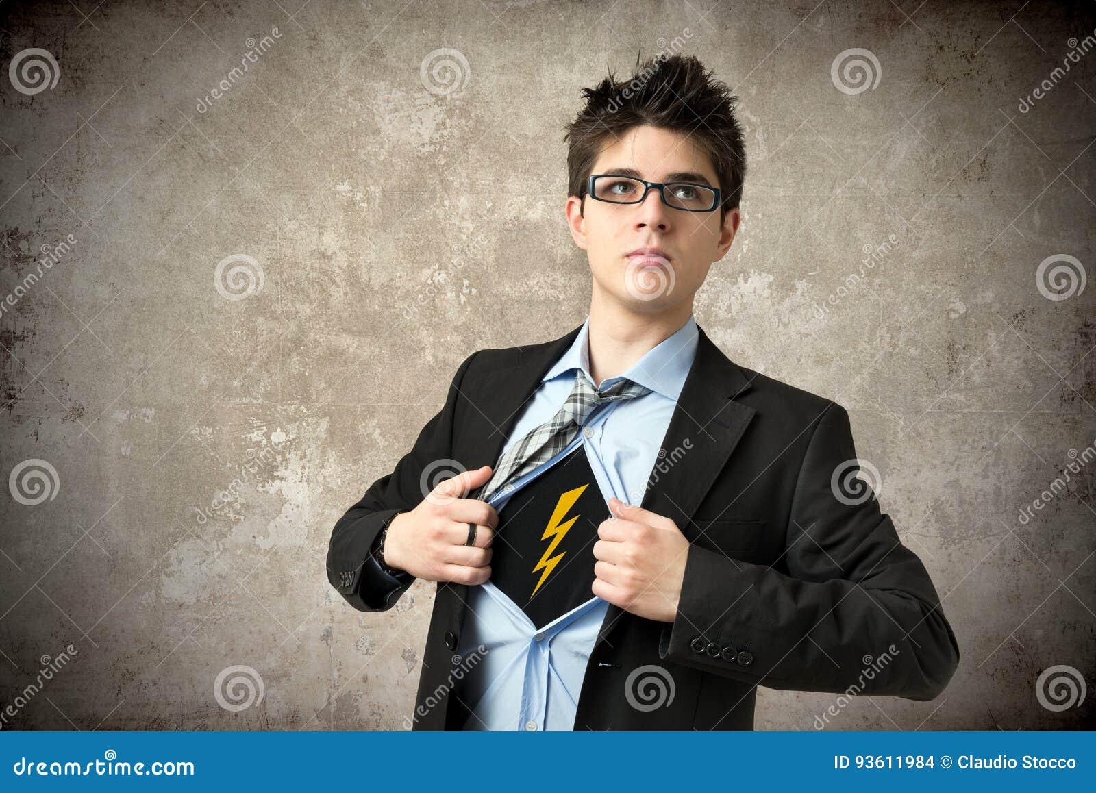 Le super héros ouvre la chemise