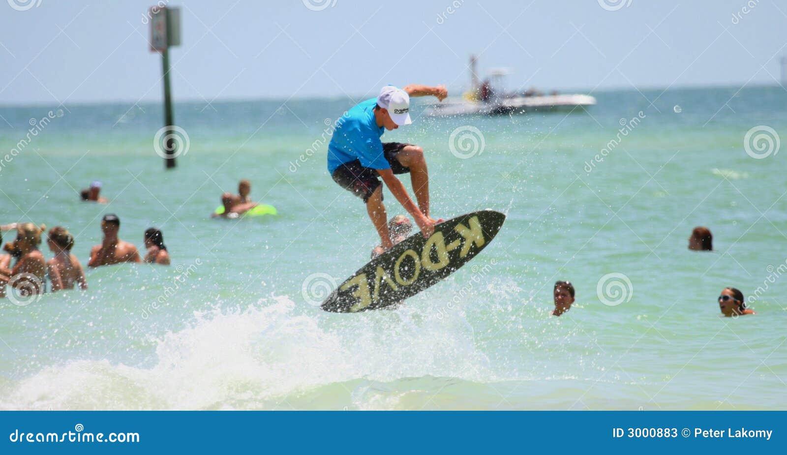Le surfer sautant sur le sailboard