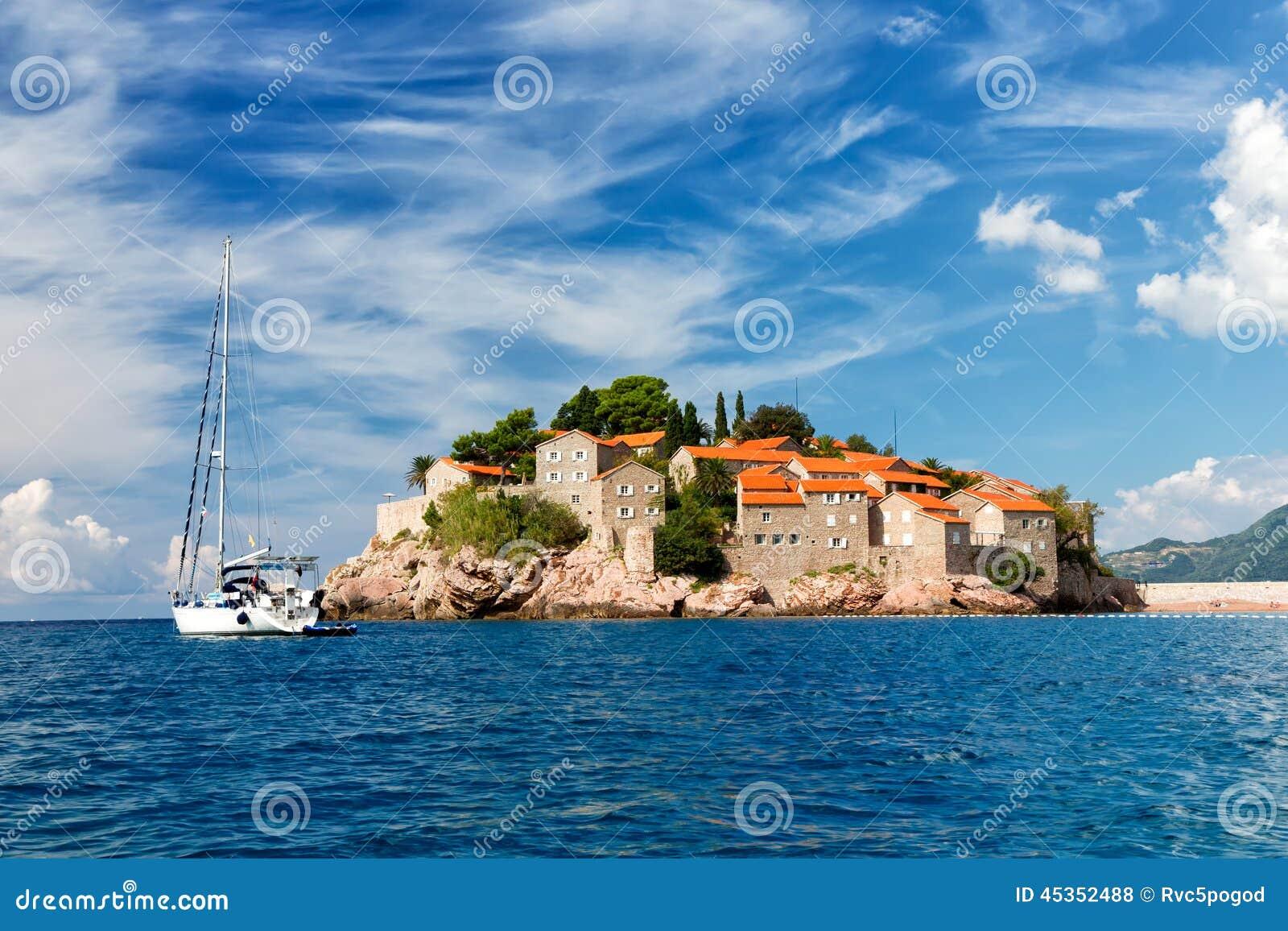 Le Sveti Stefan, petit îlot et hôtel recourent dans Monténégro