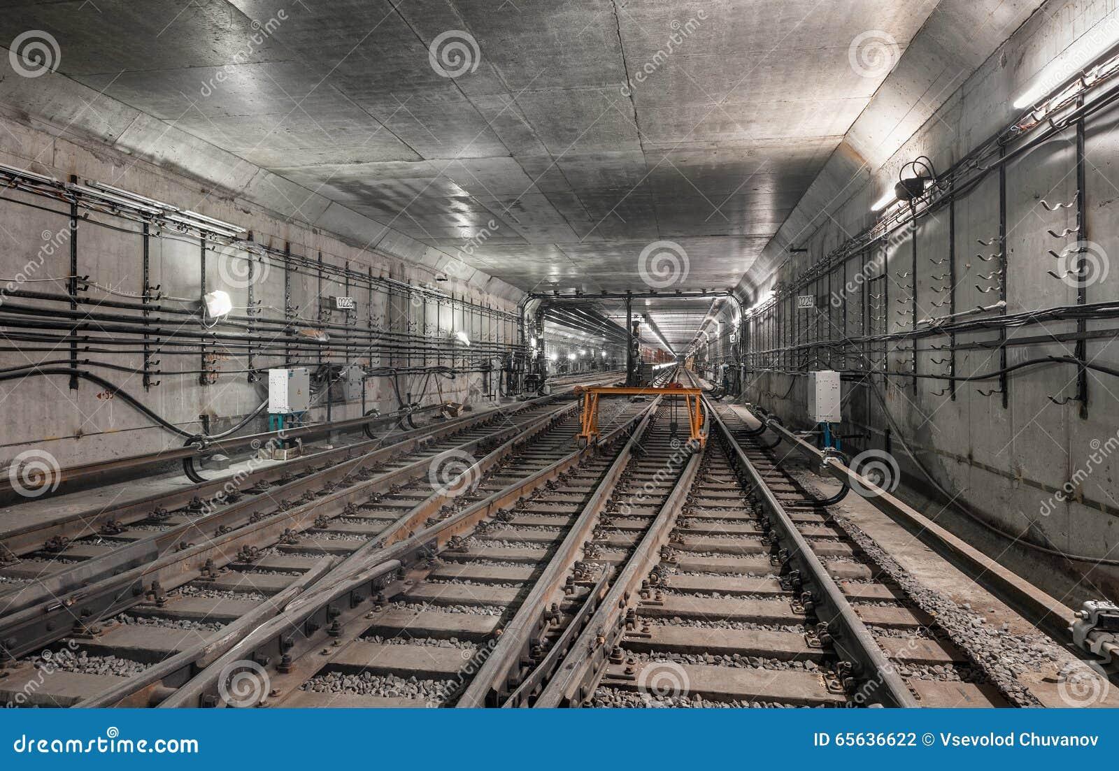 Le système bifurque des voies de chemin de fer dans le tunnel moderne de souterrain
