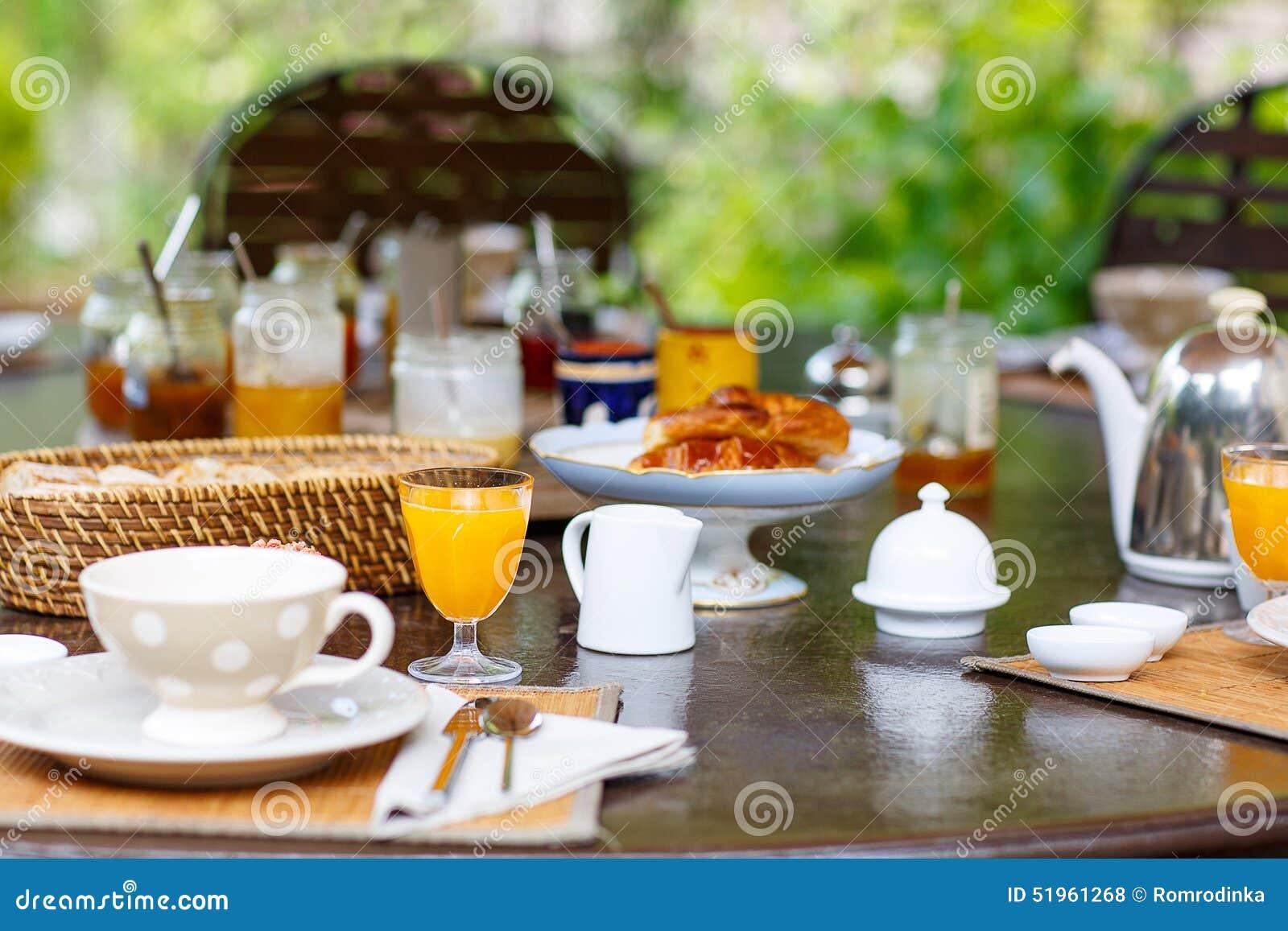 Le tableau s 39 est tendu pour le petit d jeuner dehors avec du divers caf - Le petit patio orange ...
