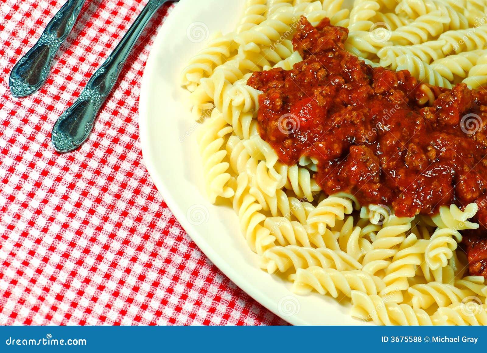 Download Le Tagliatelle Di Fusilli Con Carne Sauce Su Una Zolla Fotografia Stock - Immagine di mediterraneo, italia: 3675588
