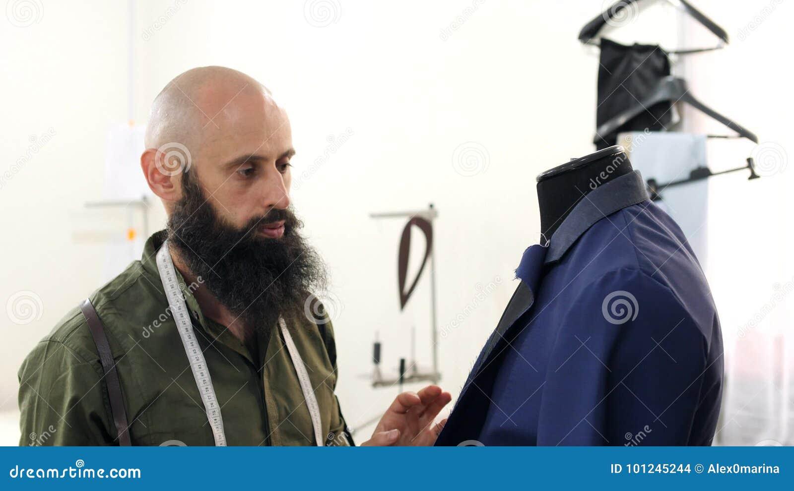 Les De Veste La Travaille Épaulettes Tailleur Le Avec Sur qgxvtwzfX