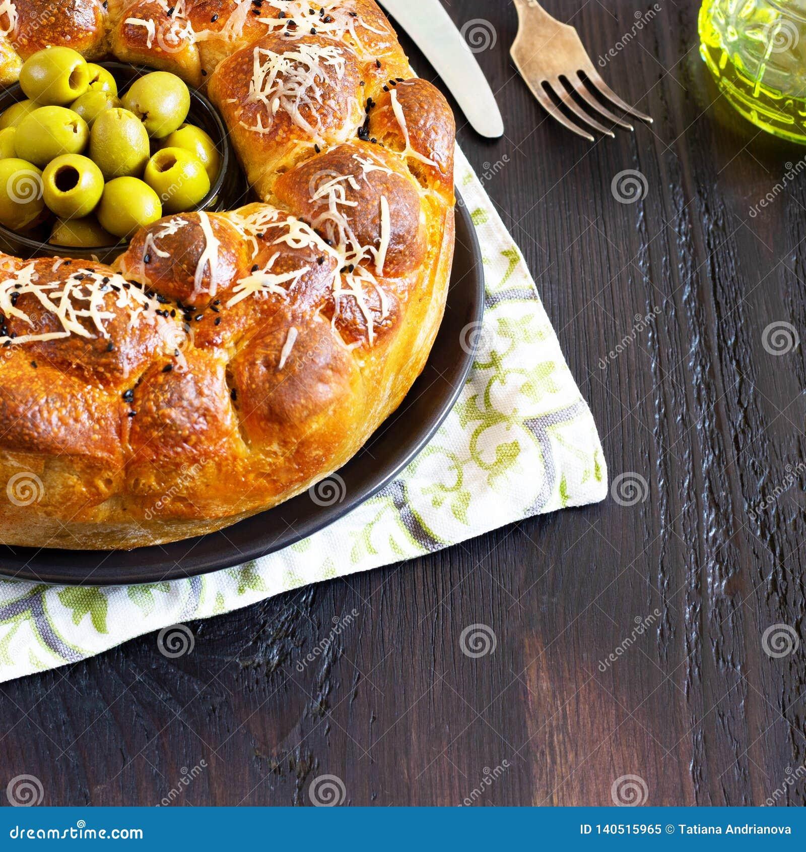 Le tarte savoureux, le baobab rond avec des oives bourrés de petits pains et le fromage, complété avec du fromage râpé et le bol