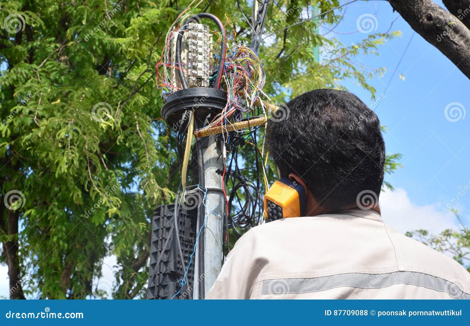 Le technicien branche dans un câble de réseau