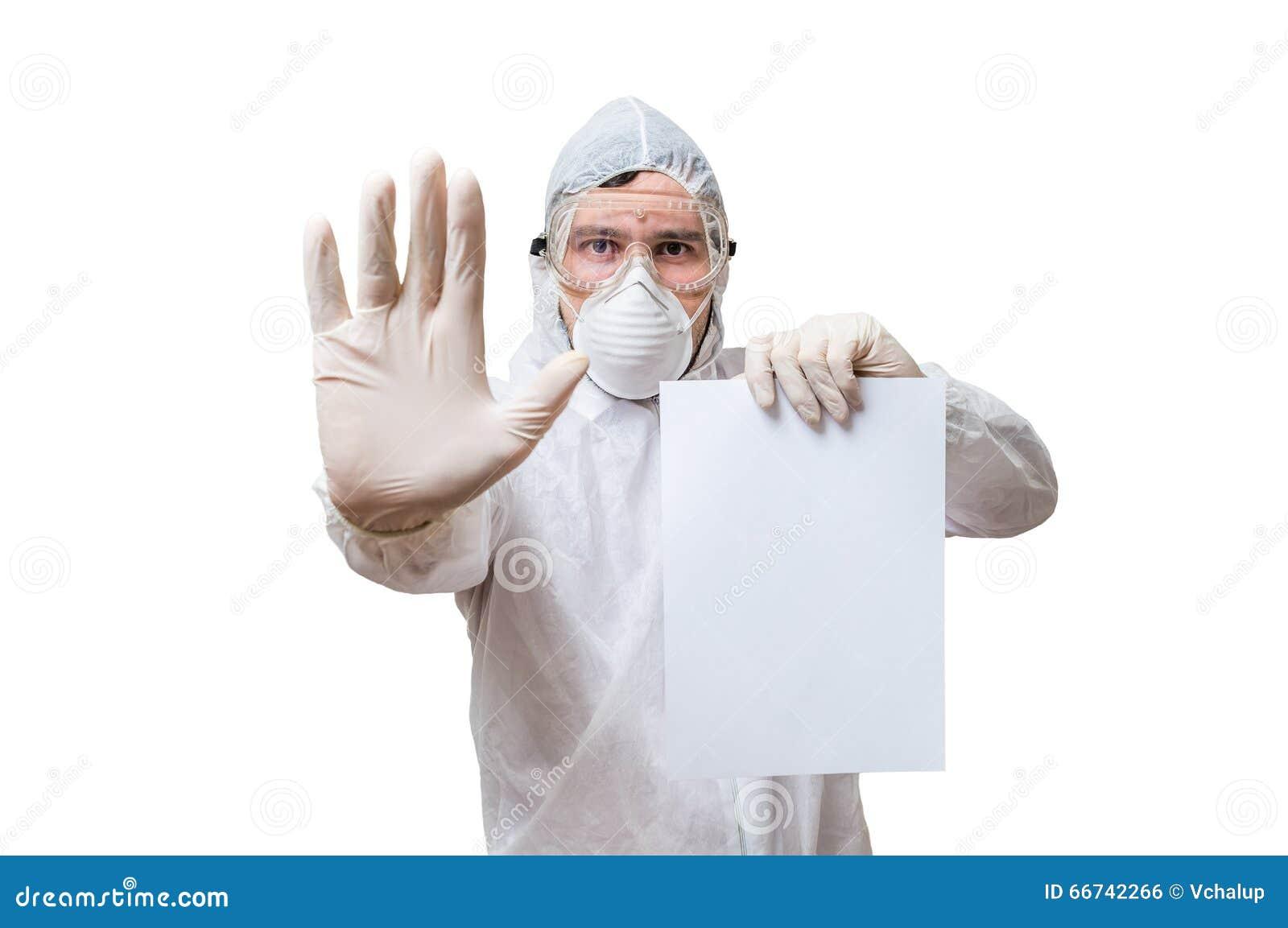 Le technicien dans des combinaisons est papier blanc de prises pour le texte fait sur commande
