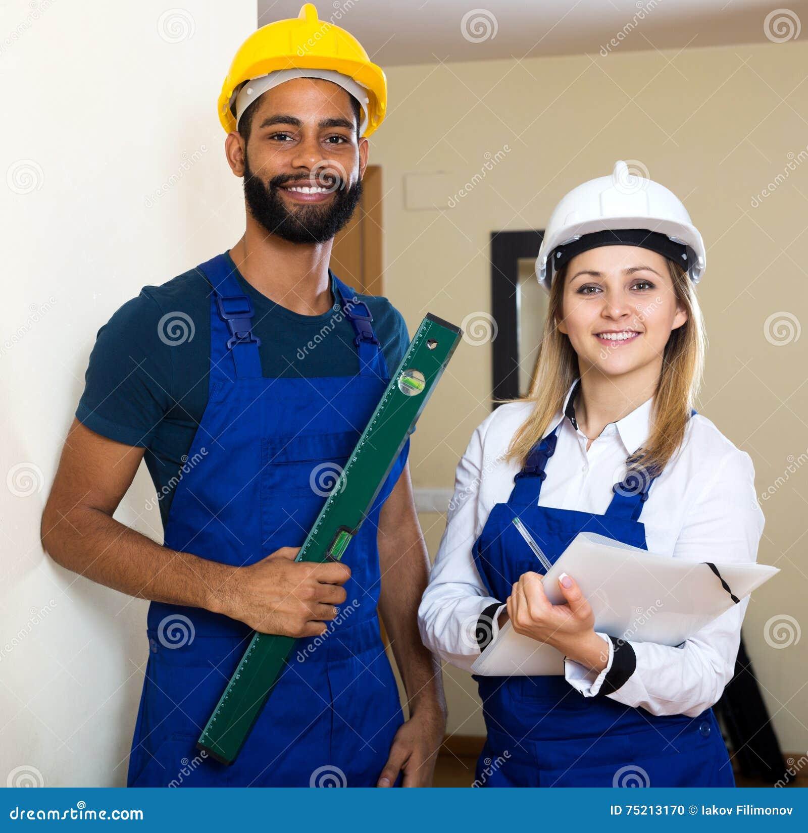Le tekniker som slätar väggen