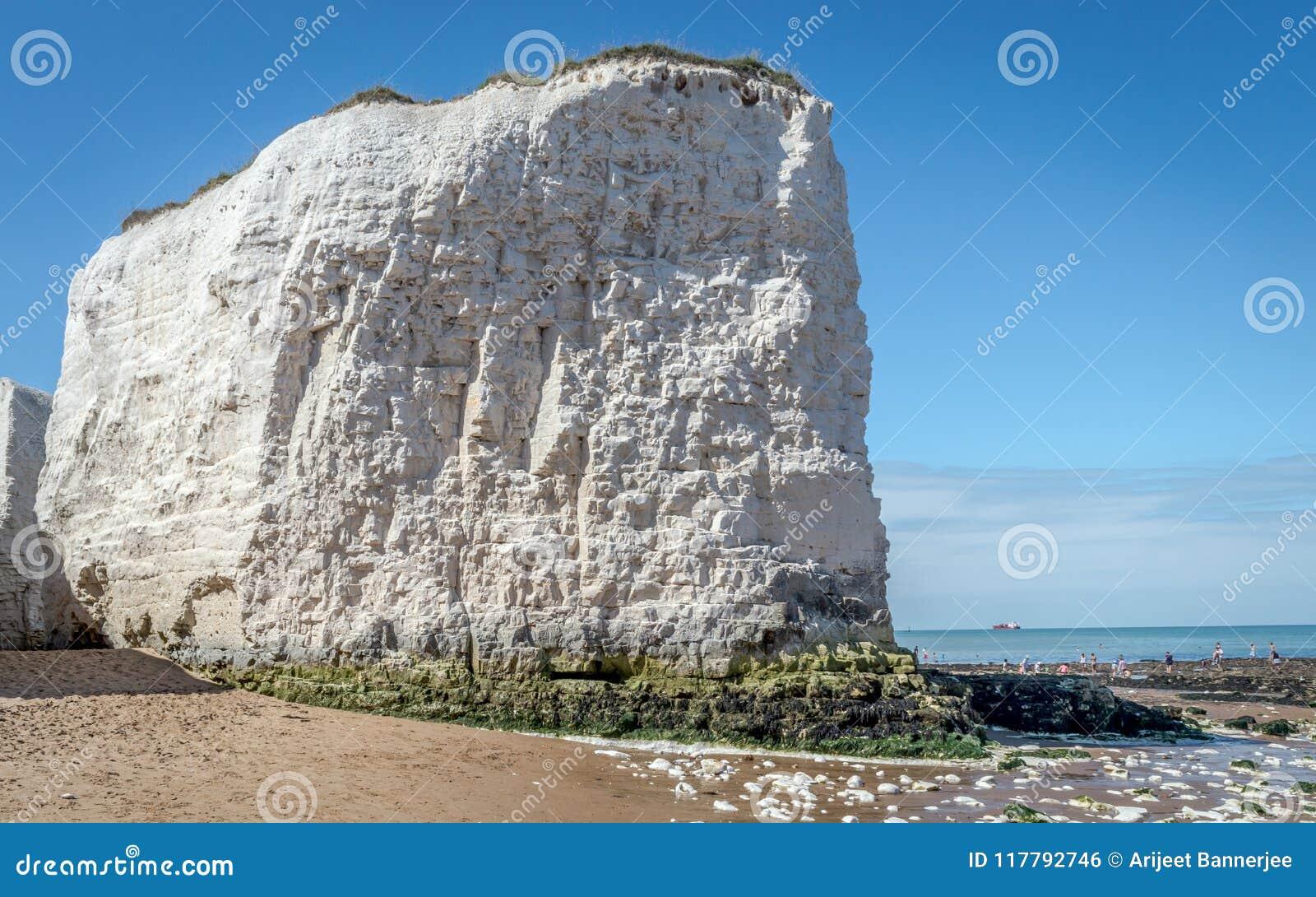 Le temps ensoleillé a amené des touristes et des visiteurs à la plage de baie de botanique près de Broadstairs Kent apprécier les