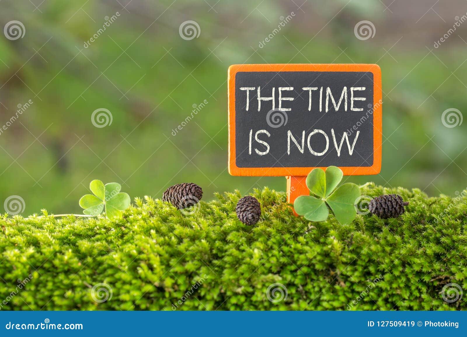 Le temps est maintenant texte sur le petit tableau noir