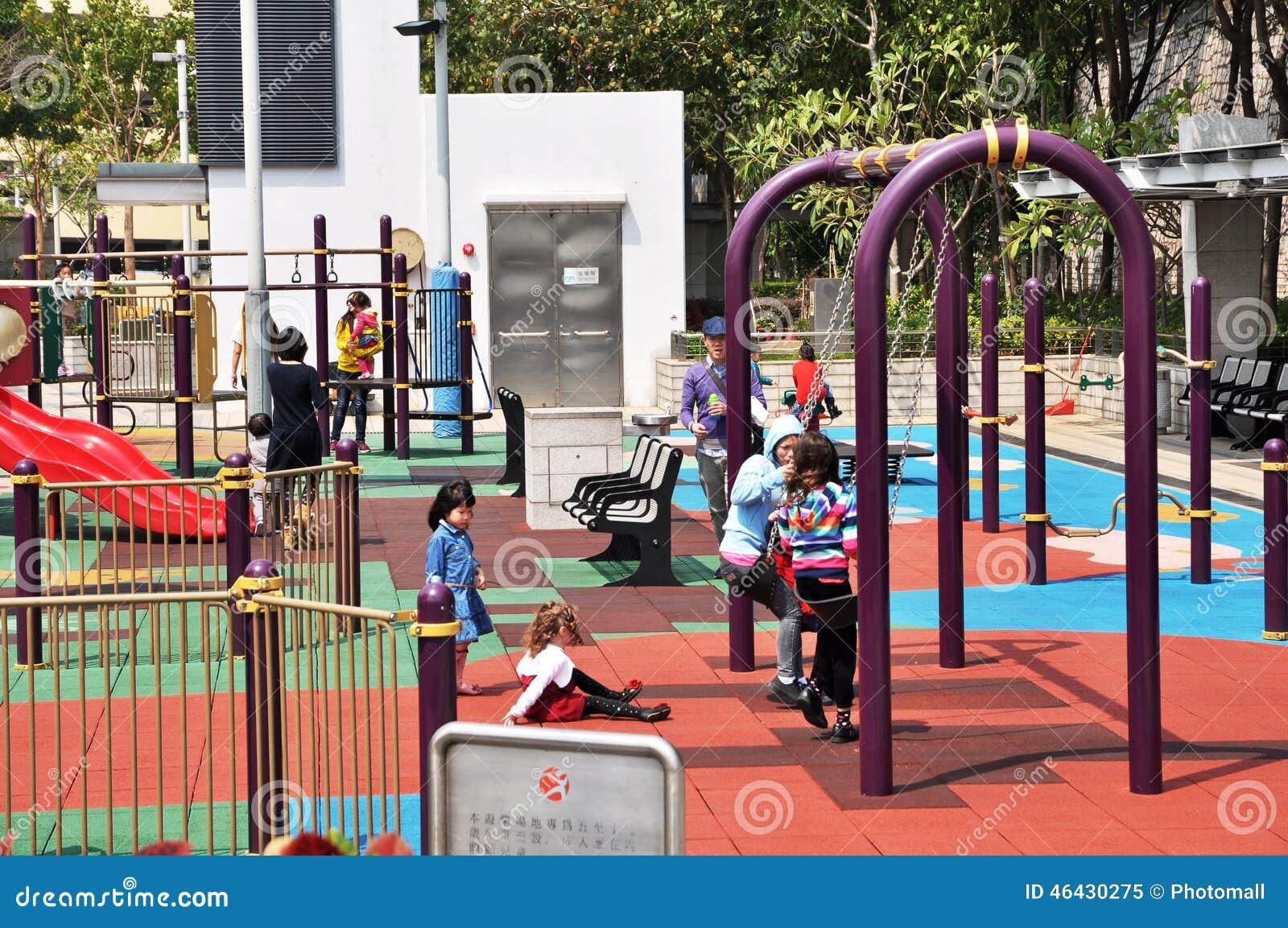 Le terrain de jeu des enfants de la Communauté de vue de rue de Hong Kong à Hong Kong, la mère et les enfants a joué heureusement
