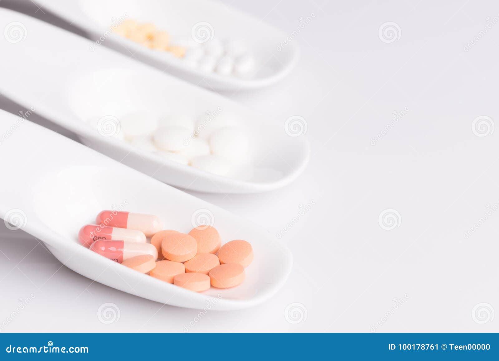 Le thème de pharmacie, médecine marque sur tablette les pilules antibiotiques