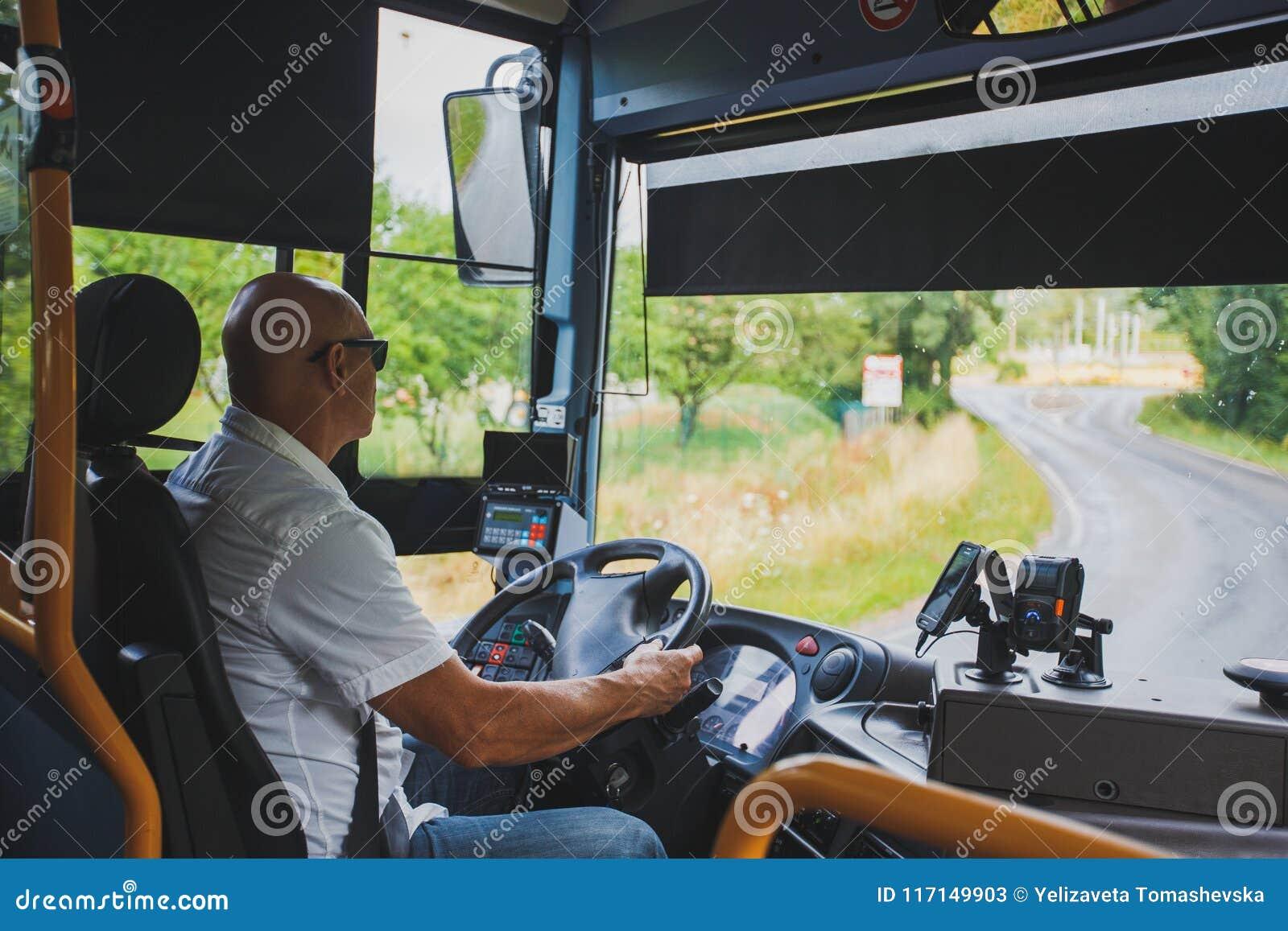 Le thème est la profession du transport de conducteur et de passager Un homme dans le conducteur des lunettes de soleil A conduit