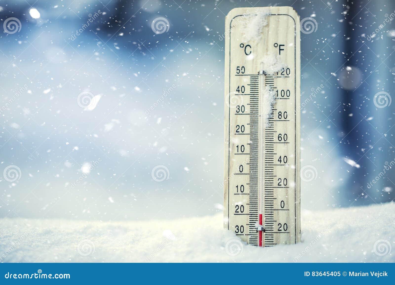 Le thermomètre sur la neige montre de basses températures au-dessous de zéro Basses températures en degrés Celsius et Fahrenheit