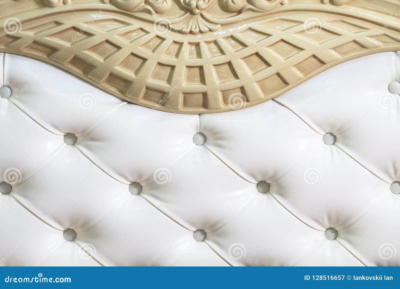 Le tissu blanc en gros plan a tapissé la tête de lit avec le fond de textile de boutons, rétros meubles élégants de chambre à cou