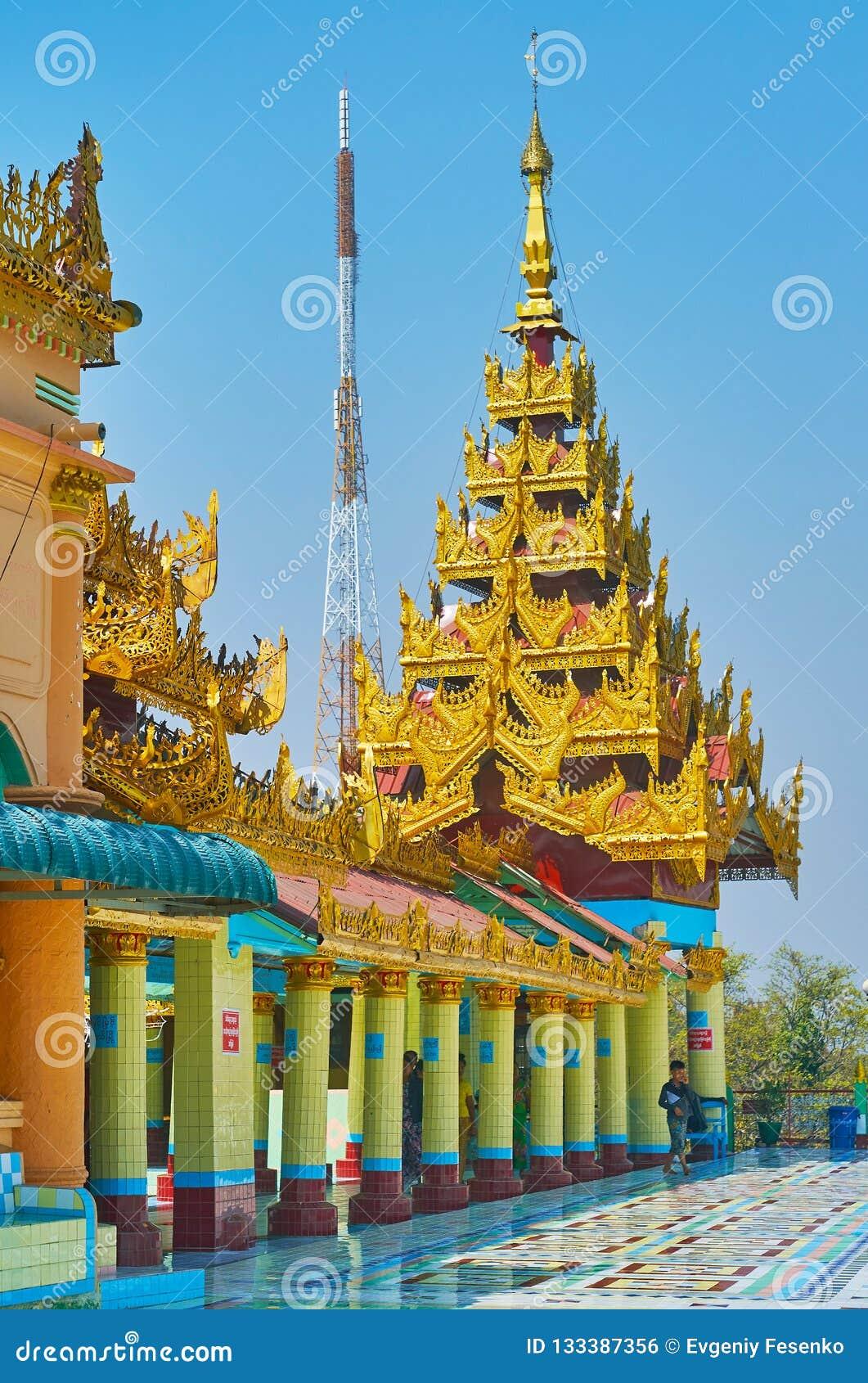 Le toit multi-étagé de pyatthat bientôt d Oo Ponya Shin Paya Summit Pagoda, Sagaing