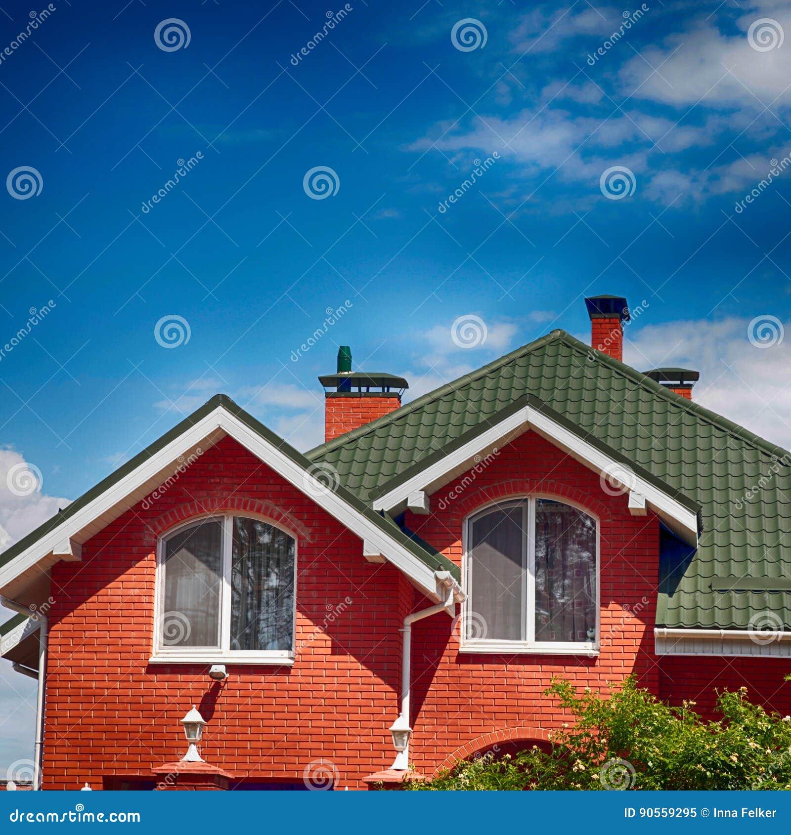 le toit vert de la belle maison avec la fen tre et le bleu. Black Bedroom Furniture Sets. Home Design Ideas