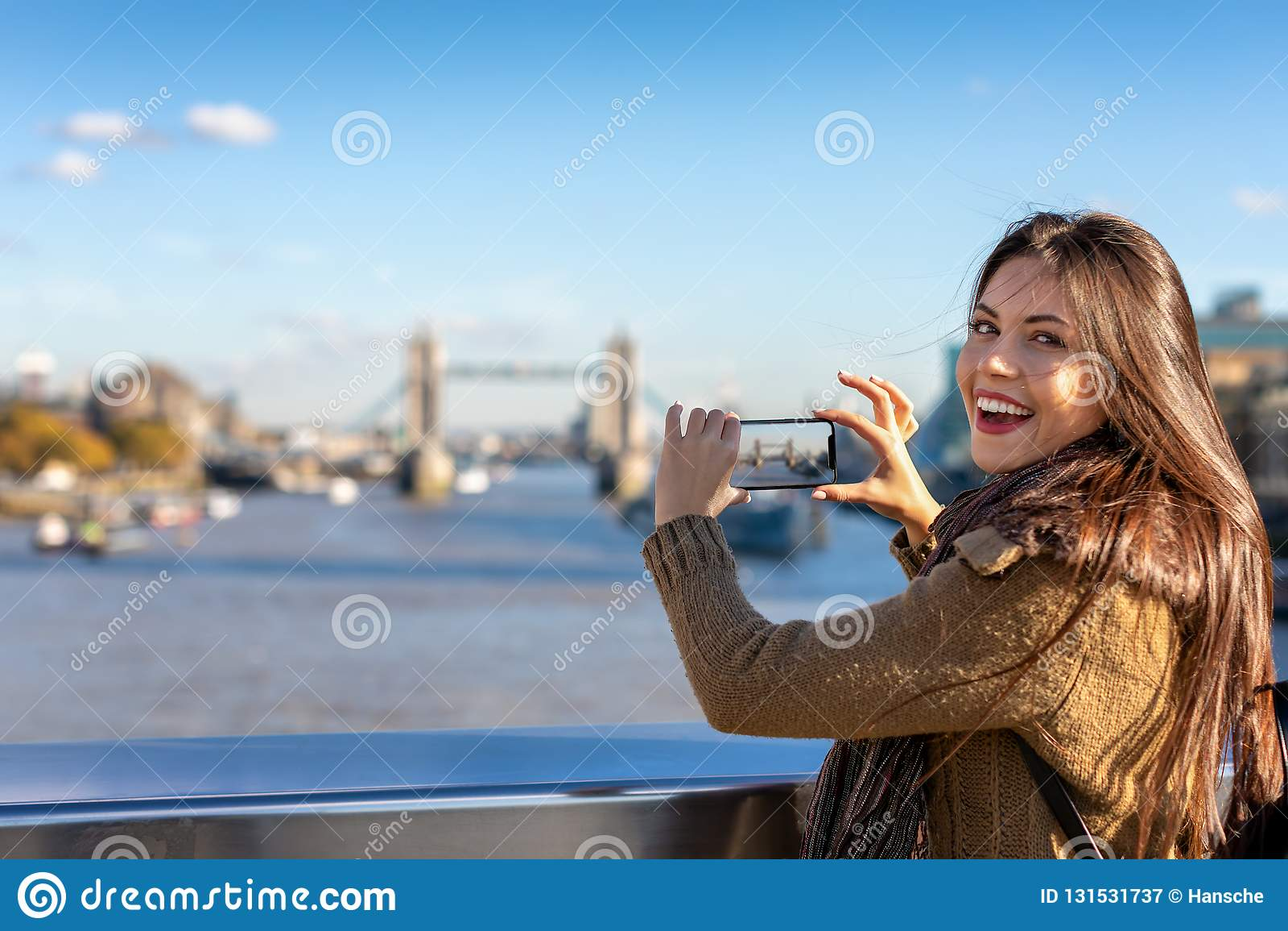 Le touriste féminin de Londres prend des photos du pont de tour