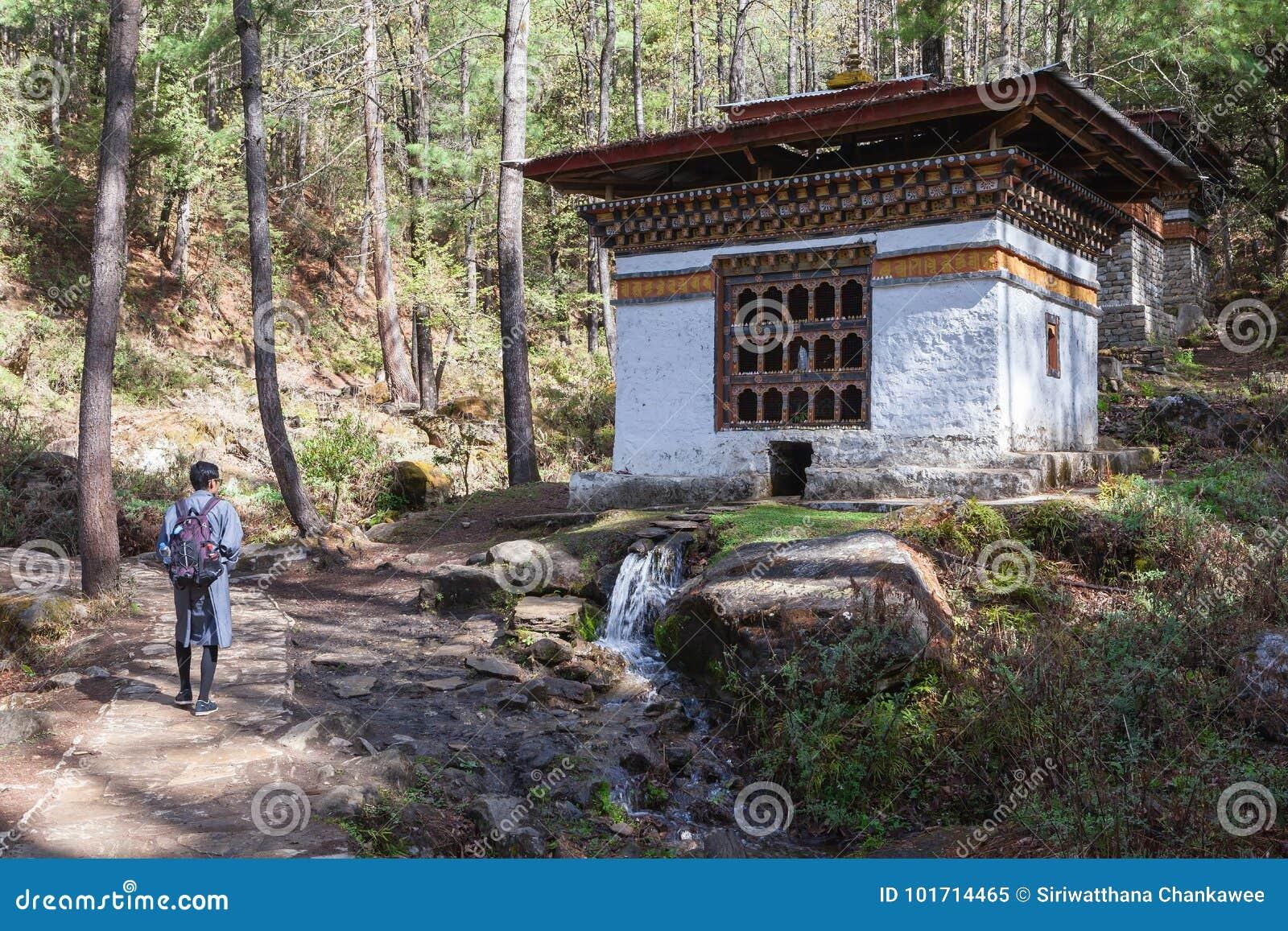 Le touriste masculin dans les promenades bhoutanaises de robe passent la prière d énergie hydraulique